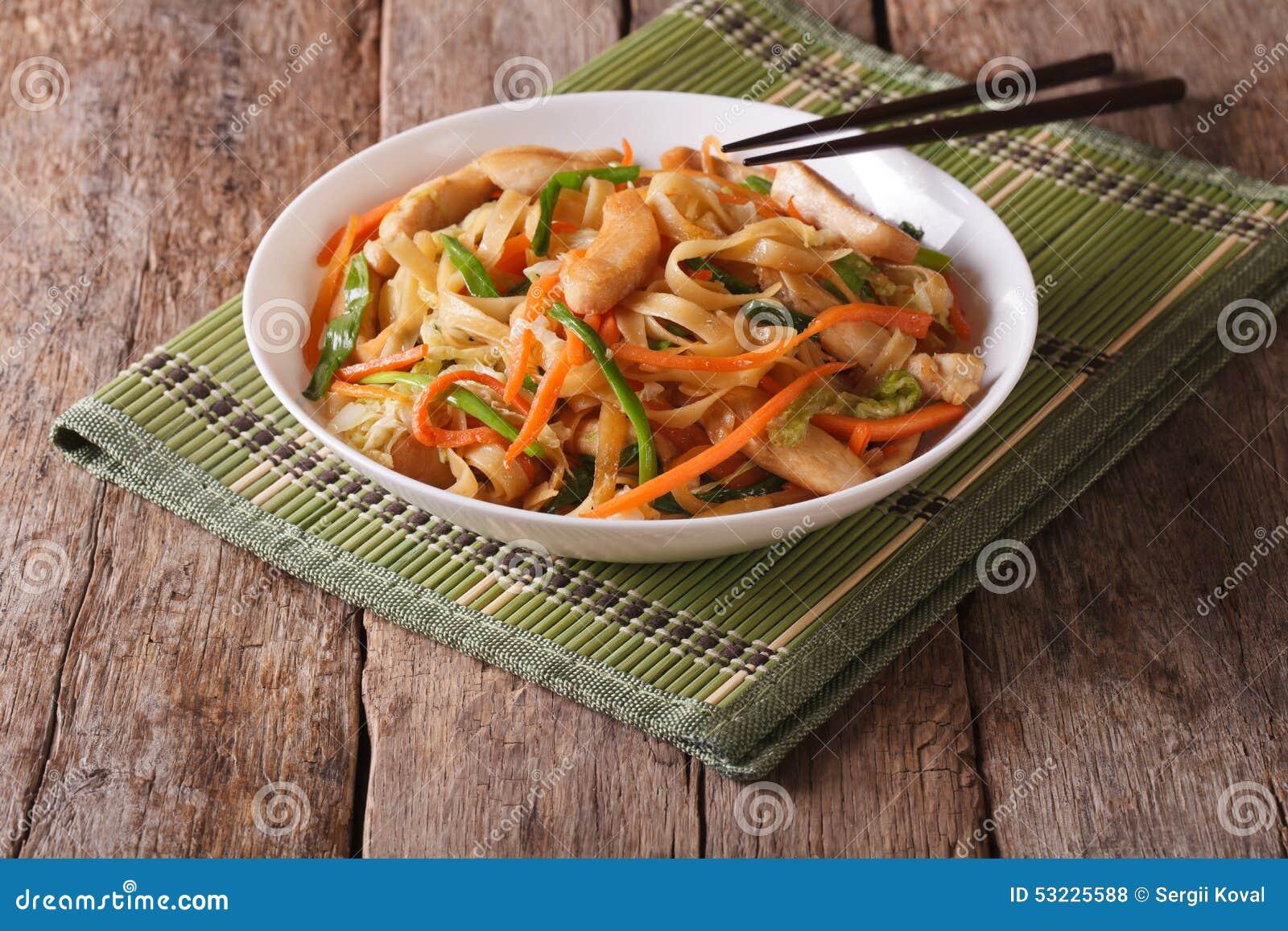Mein de Chow con el pollo y las verduras, horizontales