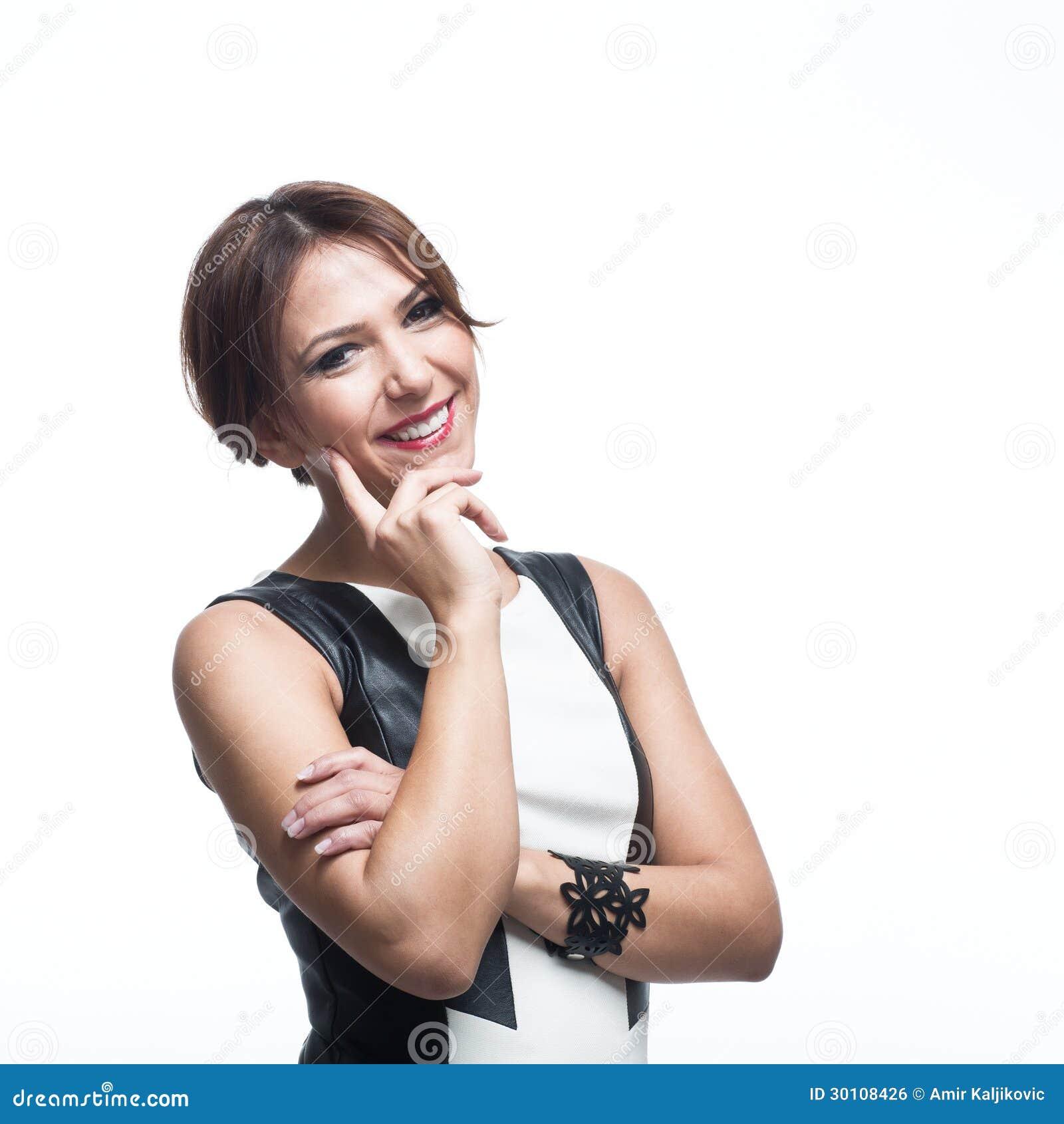 Jovem mulher elegante feliz