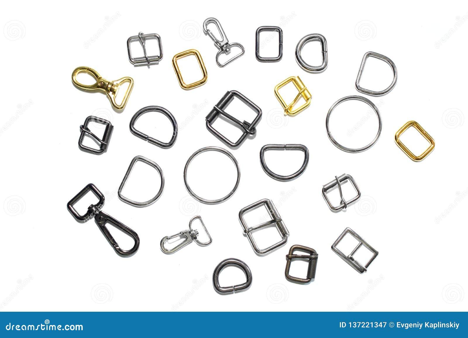 Meios anéis, curvaturas e carabinas do metal em um fundo branco Vista de acima