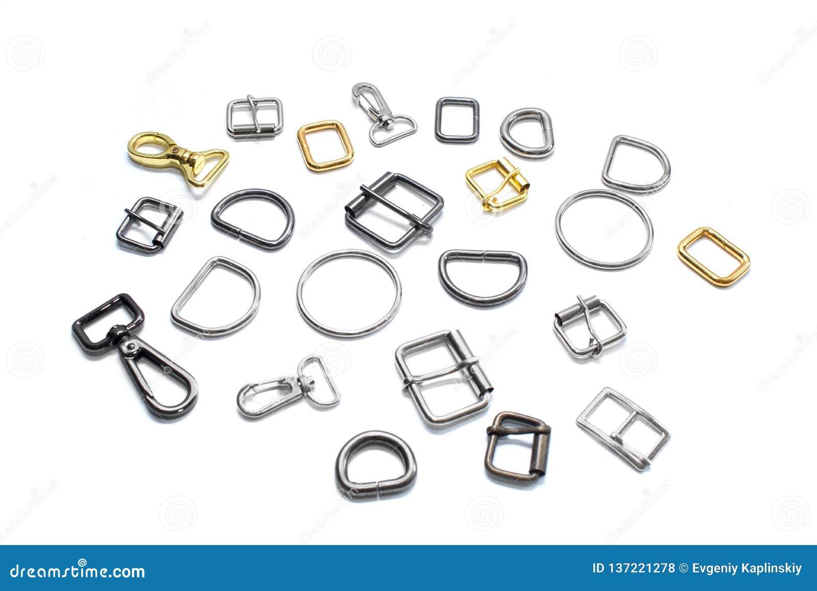 Meios anéis, curvaturas e carabinas do metal em um fundo branco Vista lateral