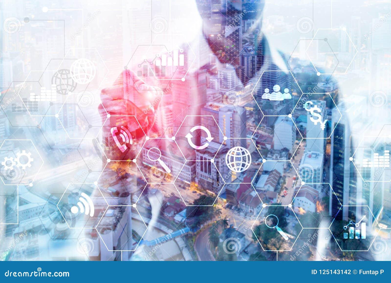 Meios mistos da exposição dobro Diagramas e ícones na tela do holograma Executivos e cidade moderna no fundo