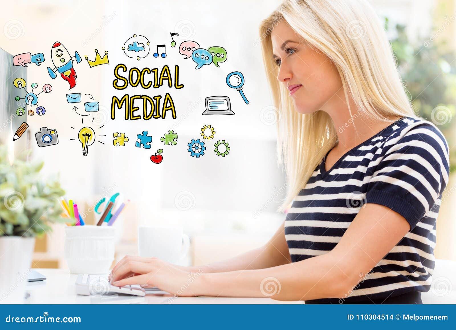 Meios sociais com a jovem mulher feliz na frente do computador