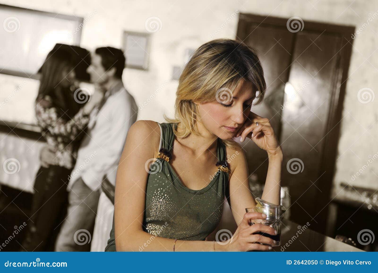 Meisje alleen in een bar
