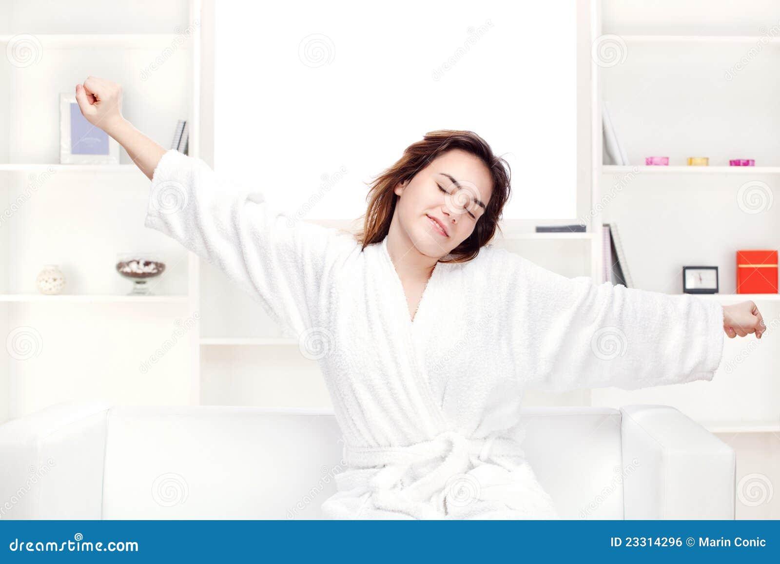 Meisje in badjas die thuis wapens uitrekt royalty vrije stock afbeelding afbeelding 23314296 - Foto tiener ruimte meisje ...