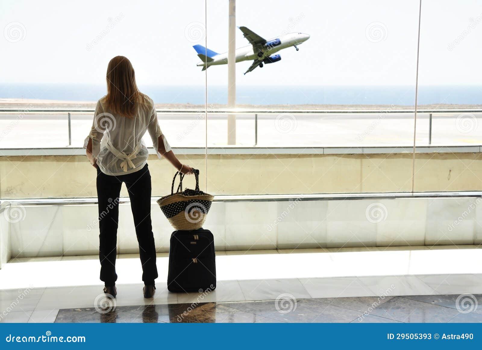 Meisje bij het luchthavenvenster