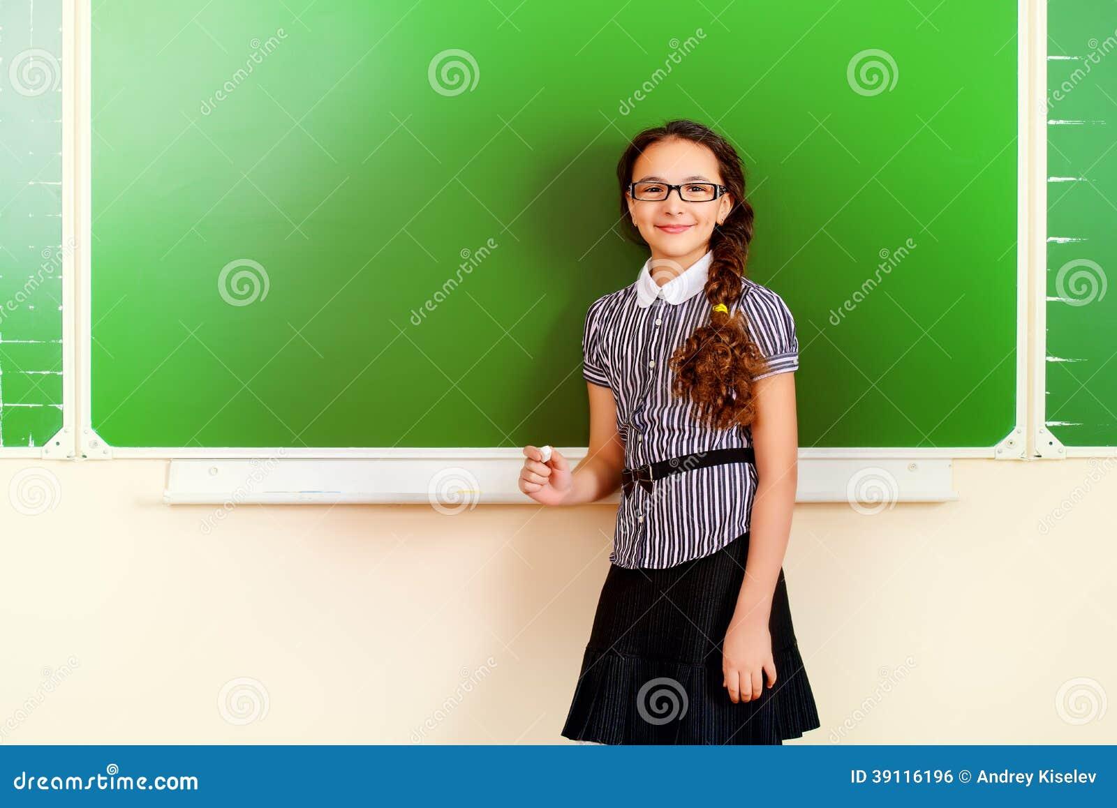 Meisje bij klaslokaal