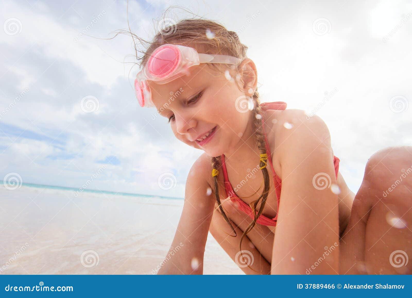 Meisje bij tropisch strand