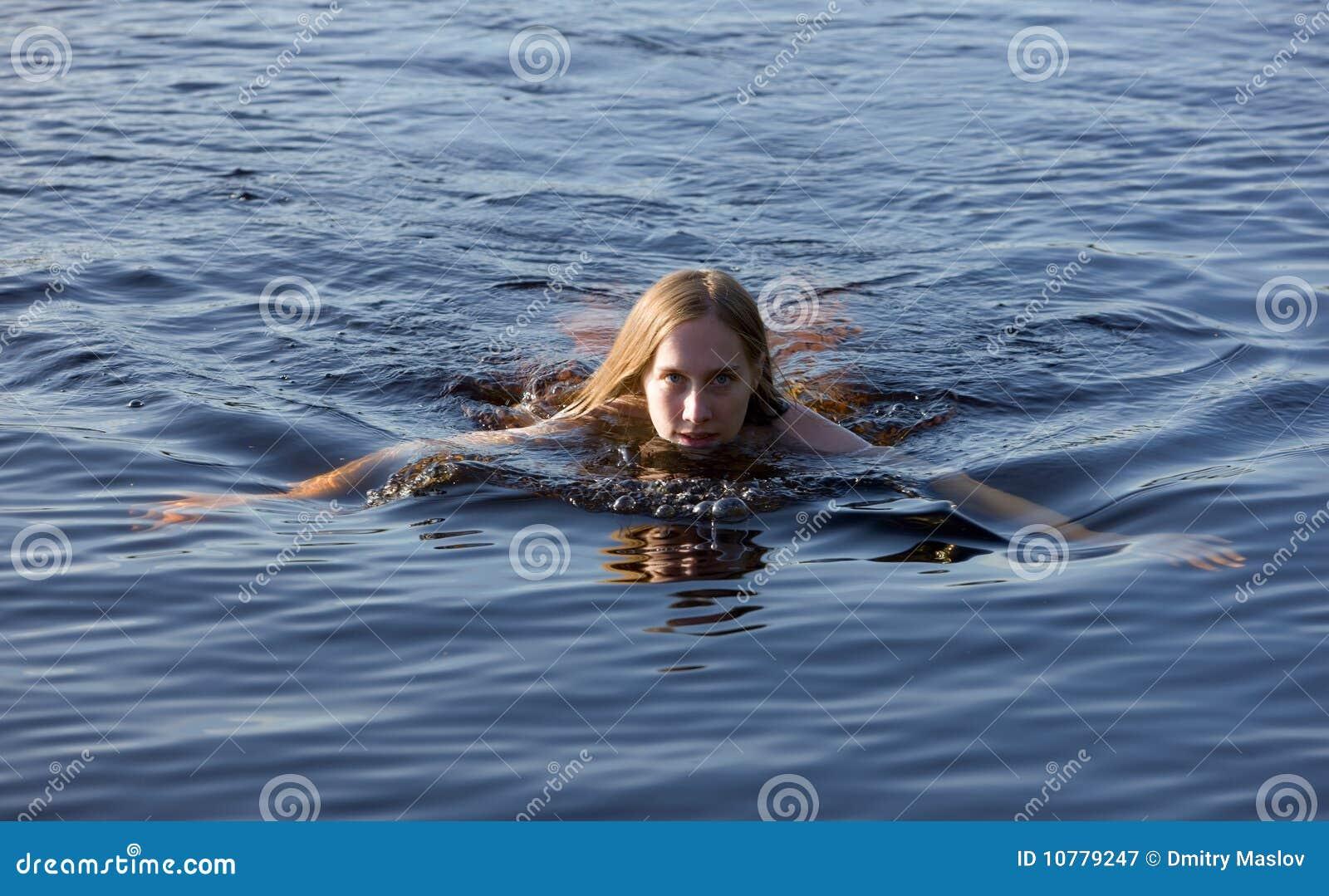 Meisje in blauw water