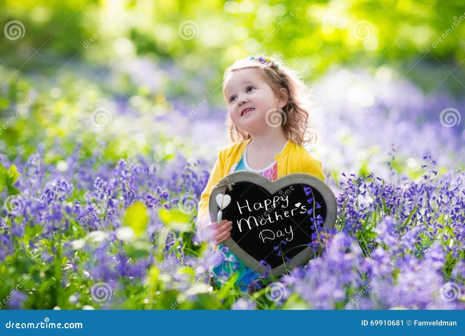 Meisje in bluebelssbloemen