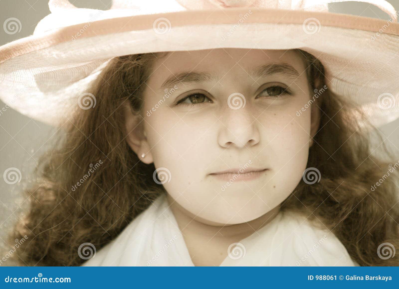 Meisje in buitensporige hoed
