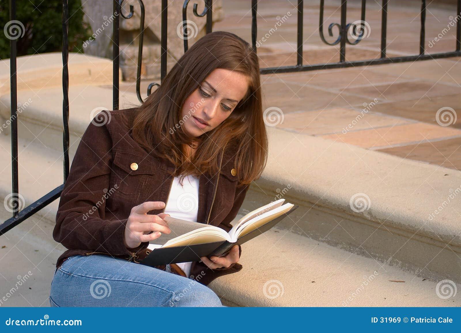 Meisje dat 3 leest