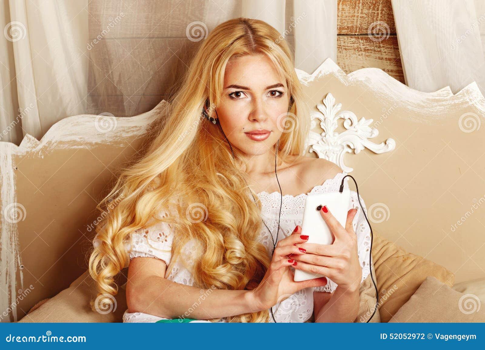 Meisje dat aan muziek op hoofdtelefoons luistert stock foto afbeelding 52052972 - Foto tiener ruimte meisje ...