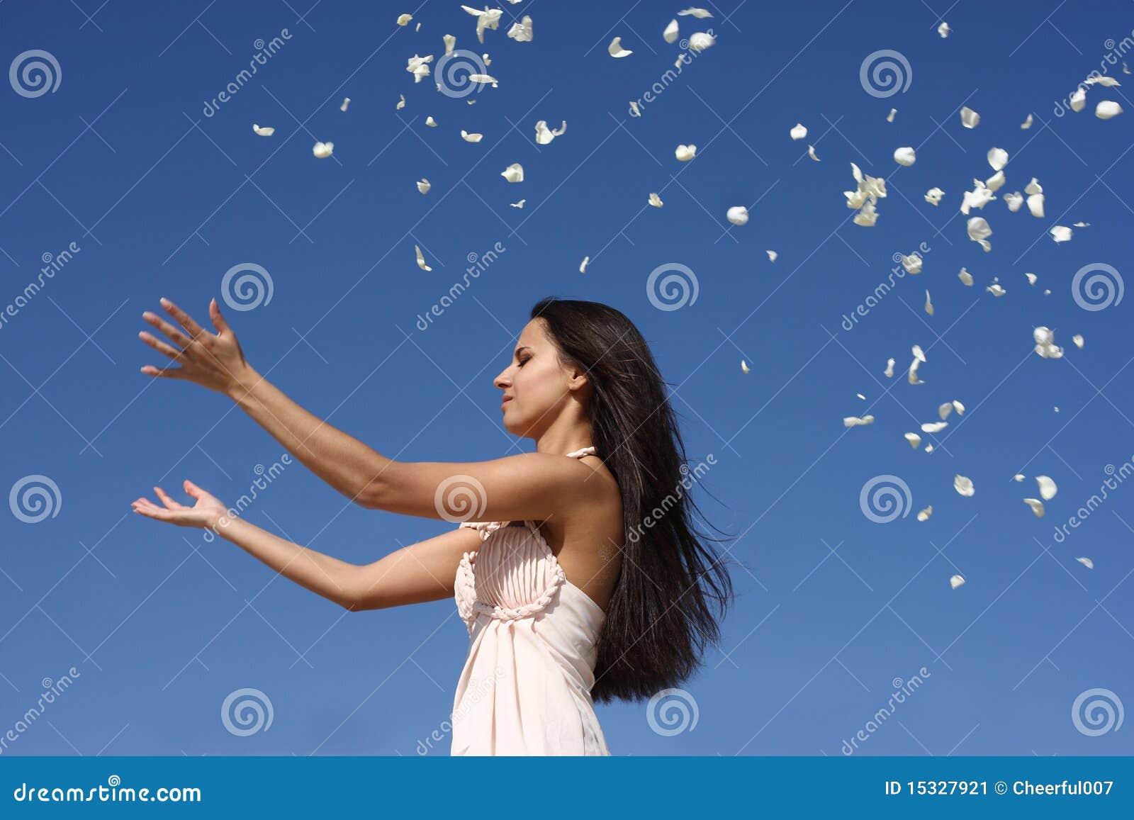 Meisje dat bloemblaadjes werpt