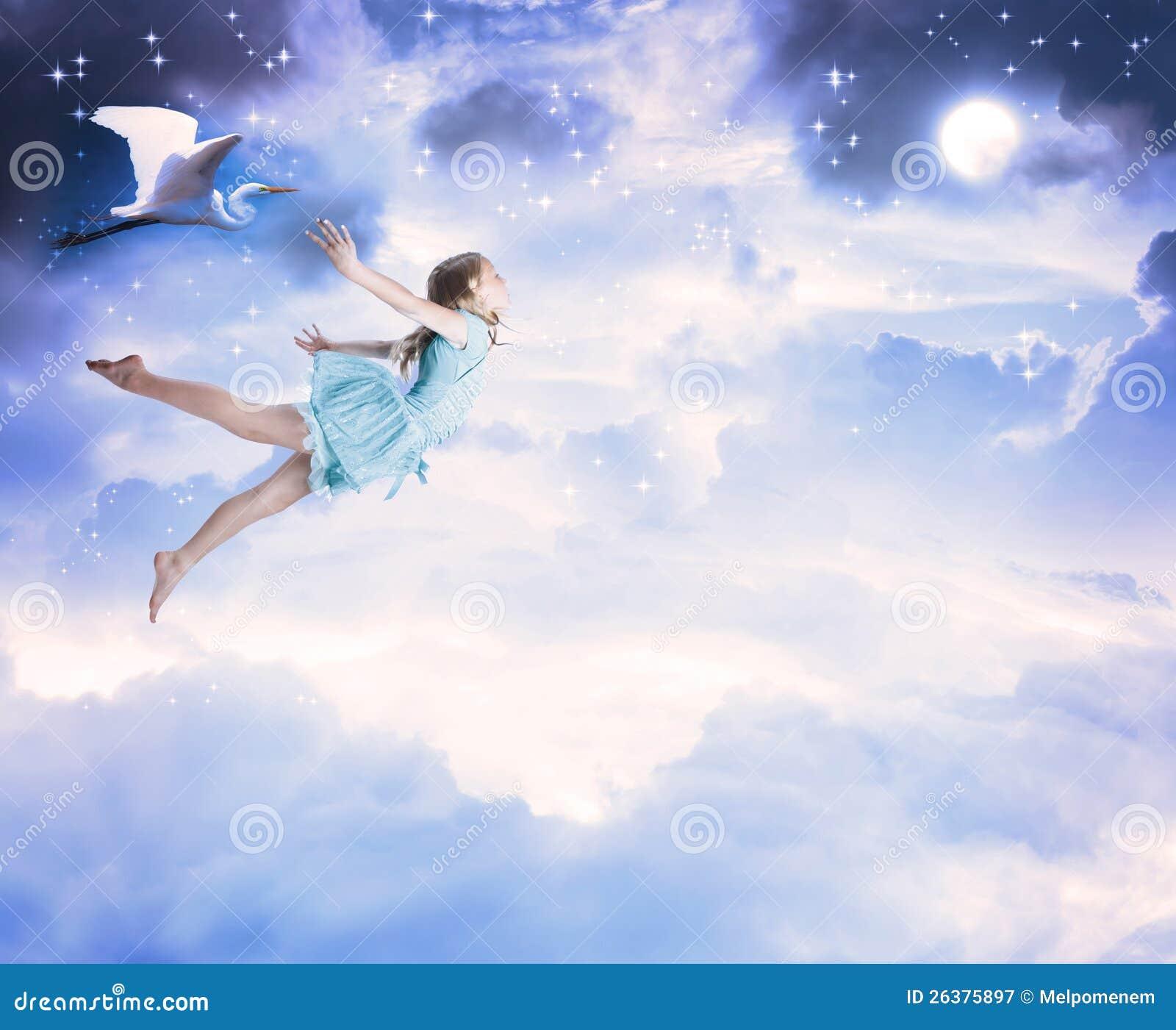Meisje dat in de blauwe nachthemel vliegt