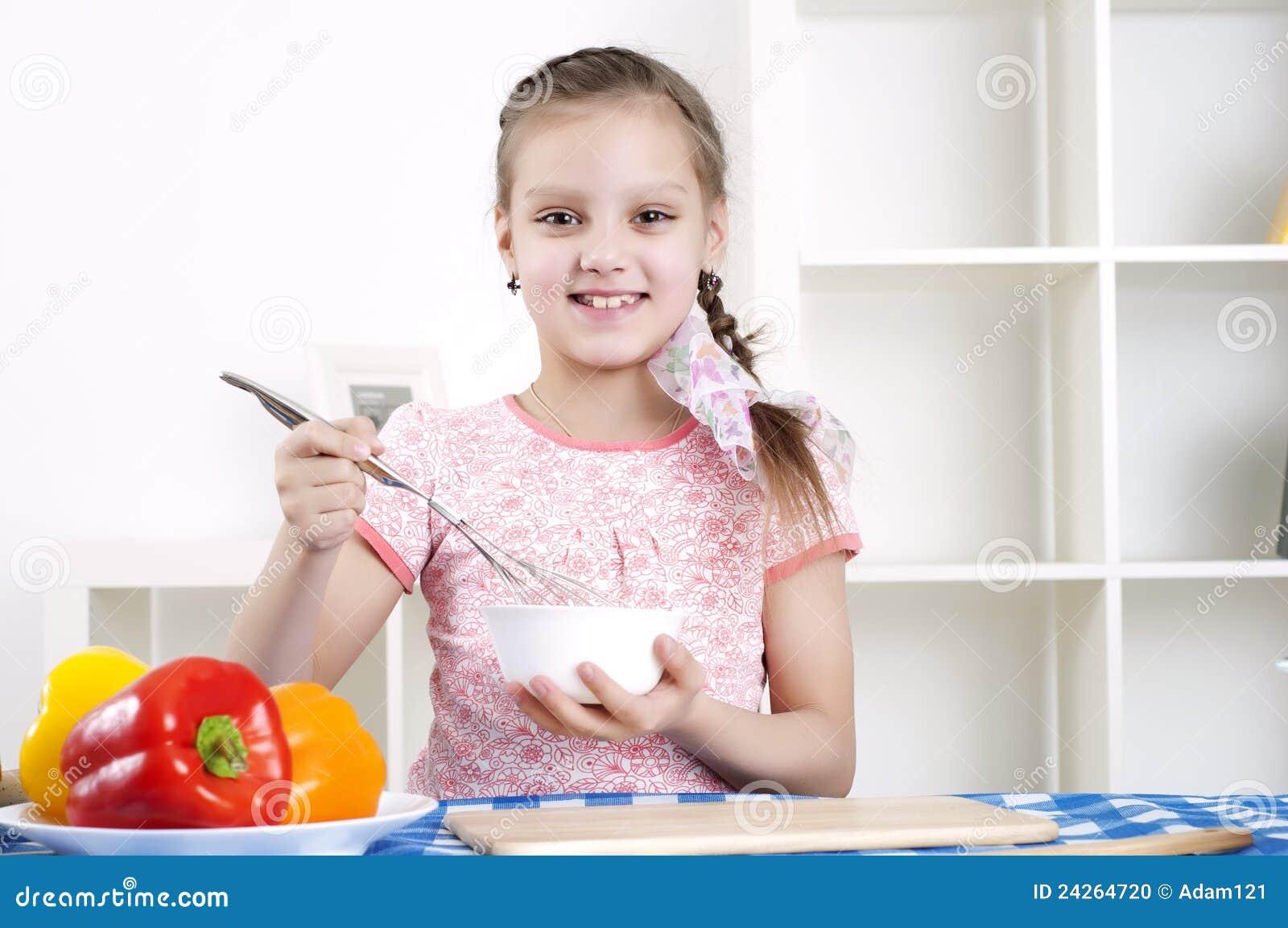 Meisje dat in de keuken werkt
