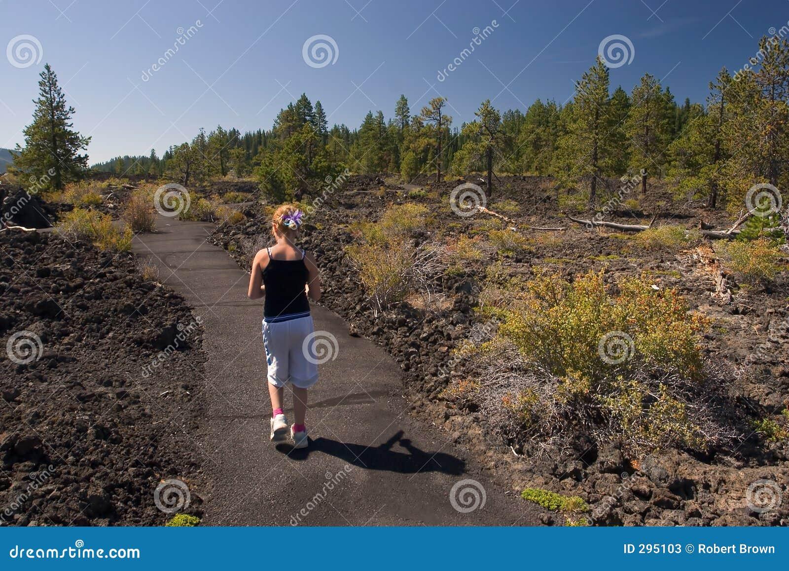 Meisje dat door de Rotsen van de Lava loopt