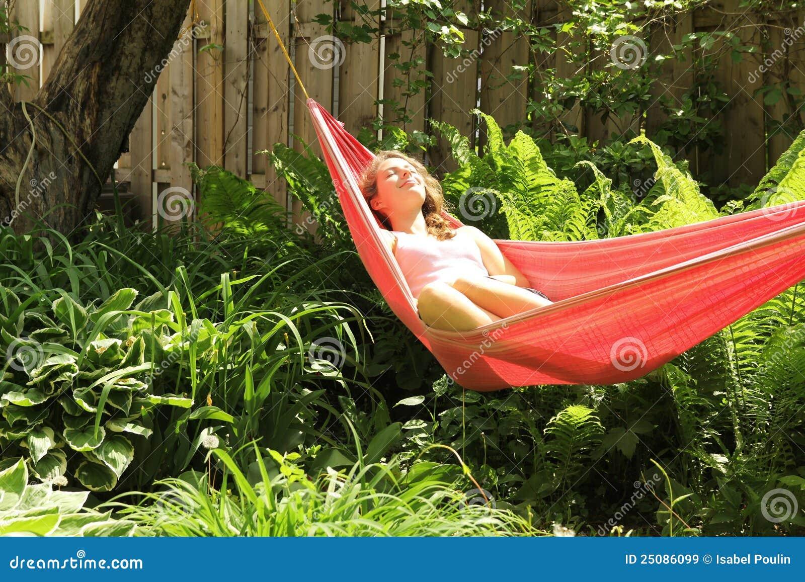 Meisje dat in een hangmat ligt