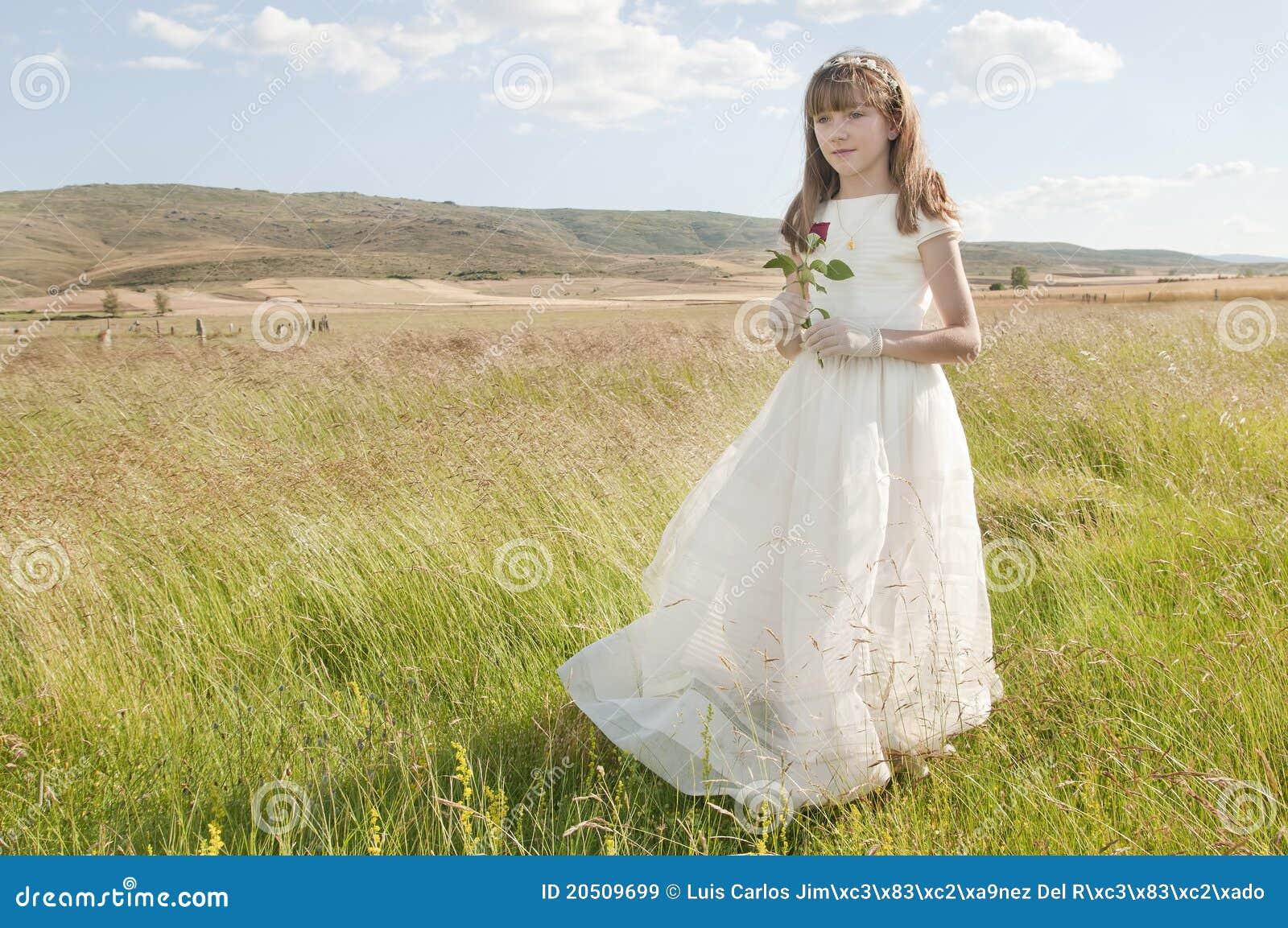 Meisje dat eerste kerkgemeenschapkleding draagt