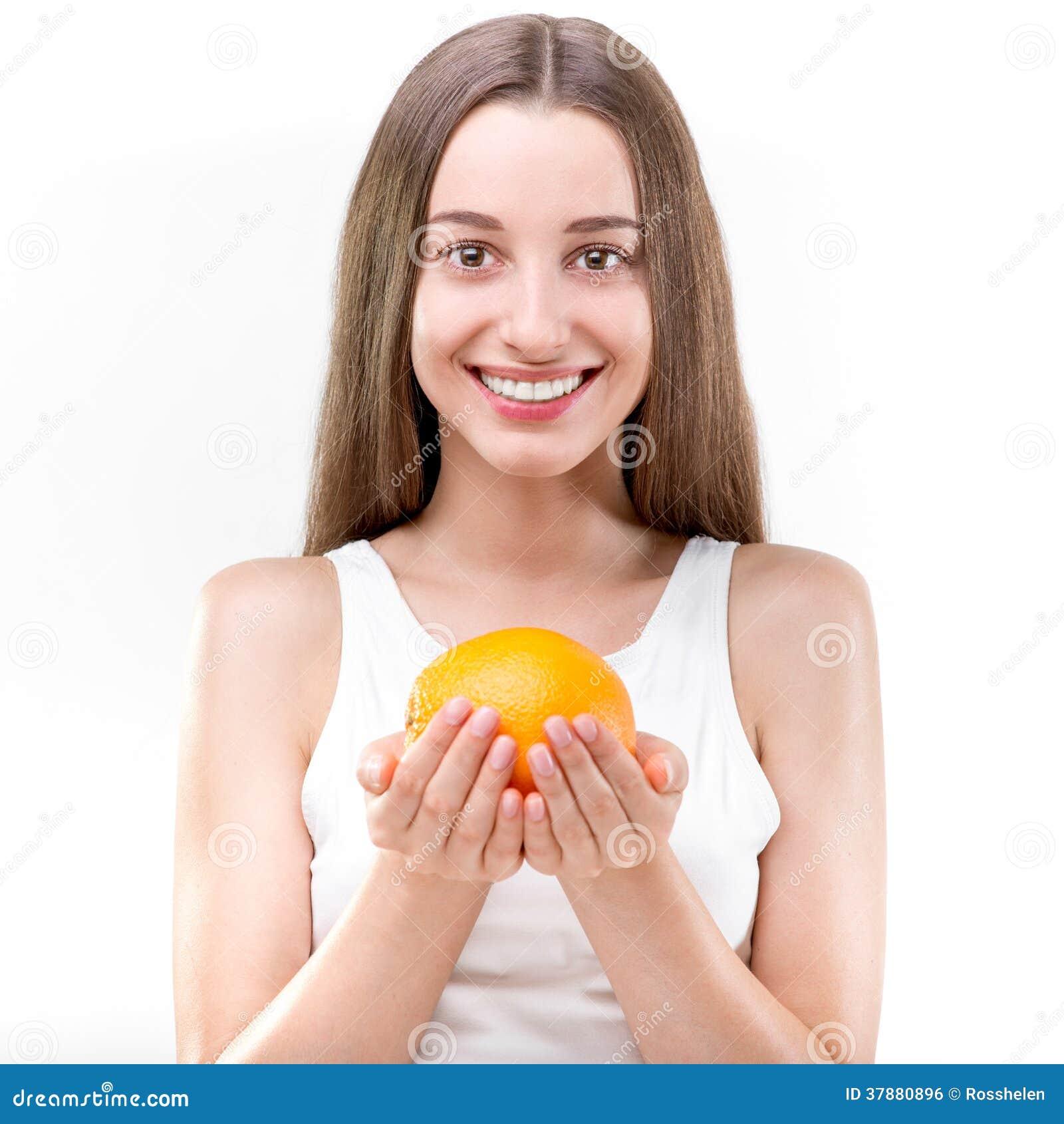 Meisje dat en oranje glimlacht houdt