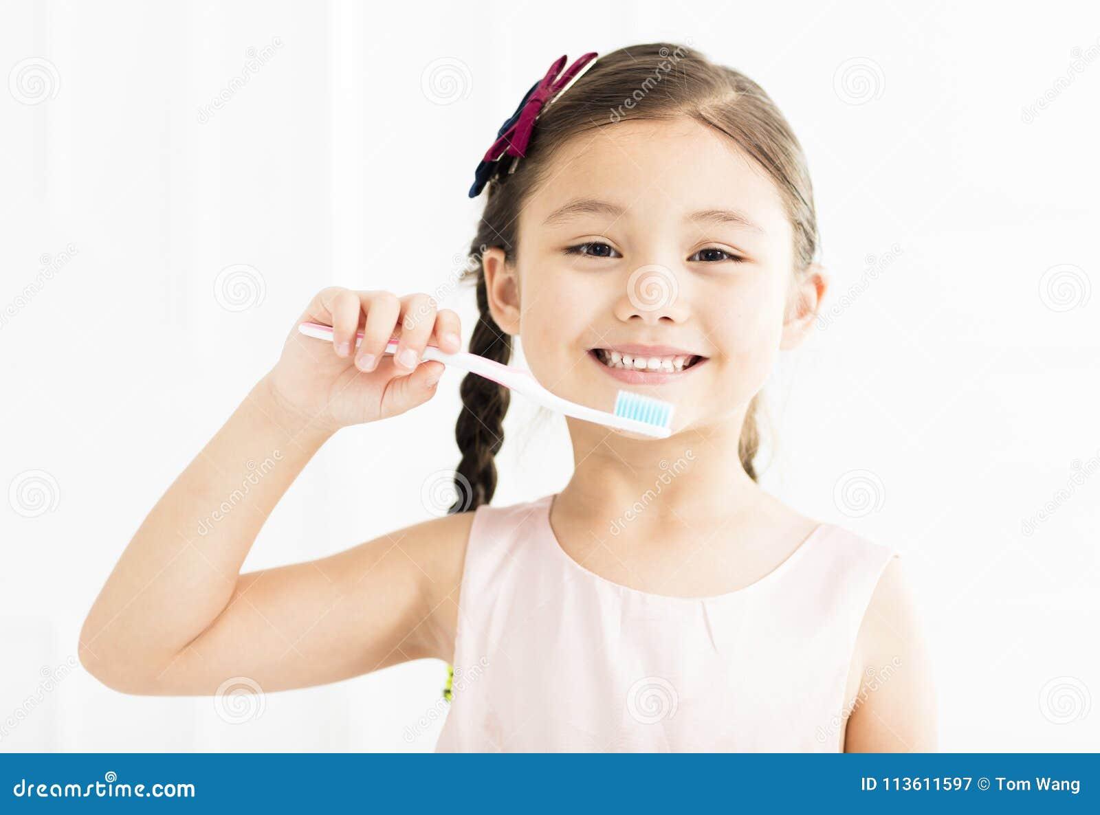 Meisje dat haar tanden borstelt