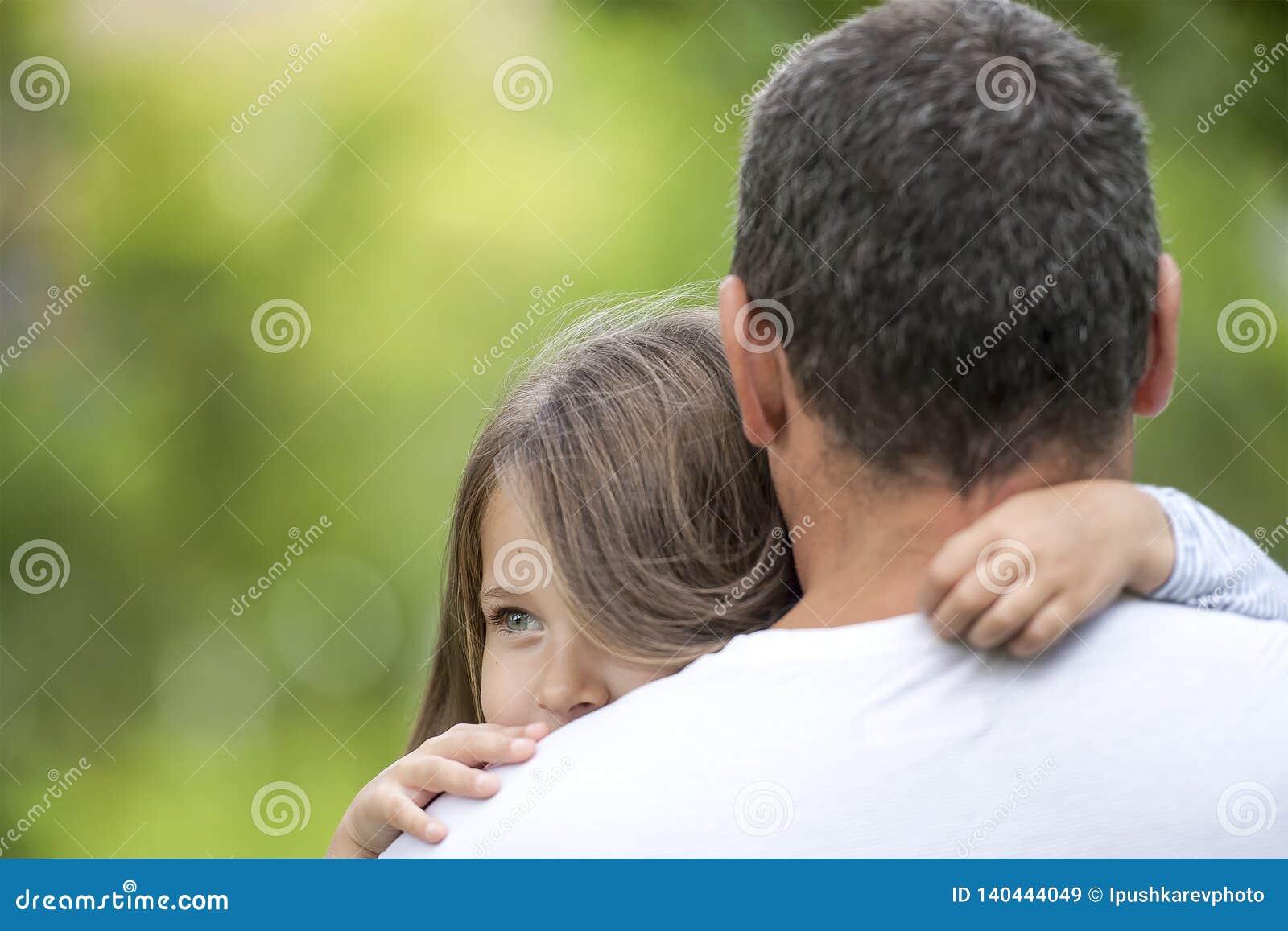 Meisje dat haar vader koestert Gelukkige houdende van familie Papa en zijn dochter het spelen Leuke baby en papa Concept Vaderdag