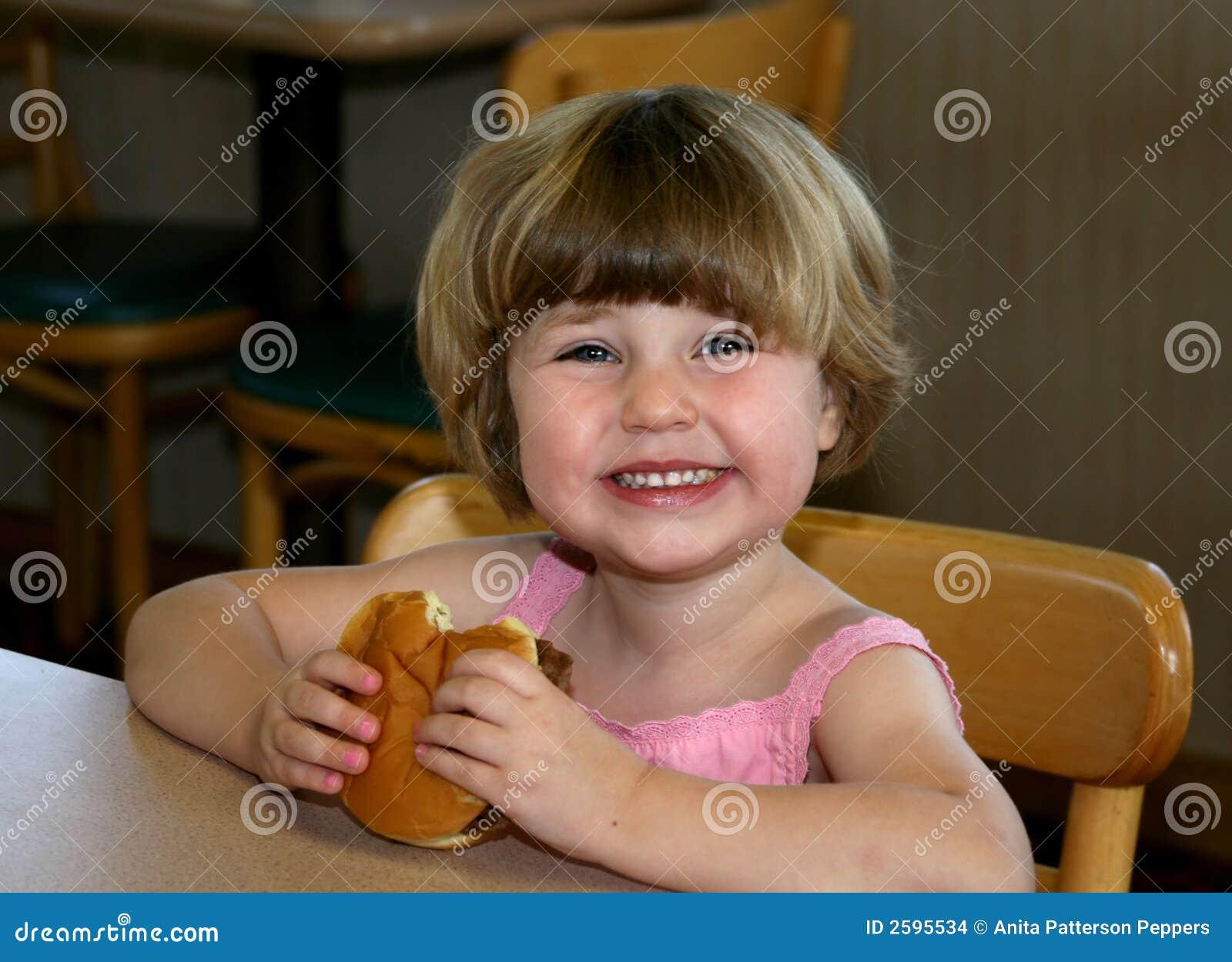Meisje dat hamburger eet