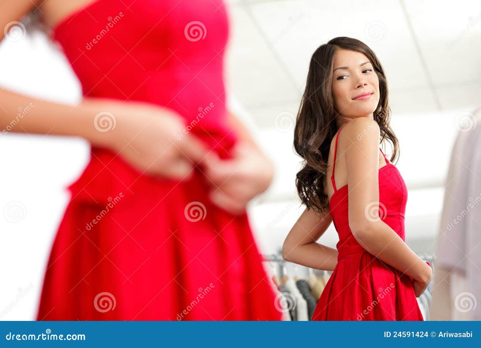 Meisje dat kleding probeert