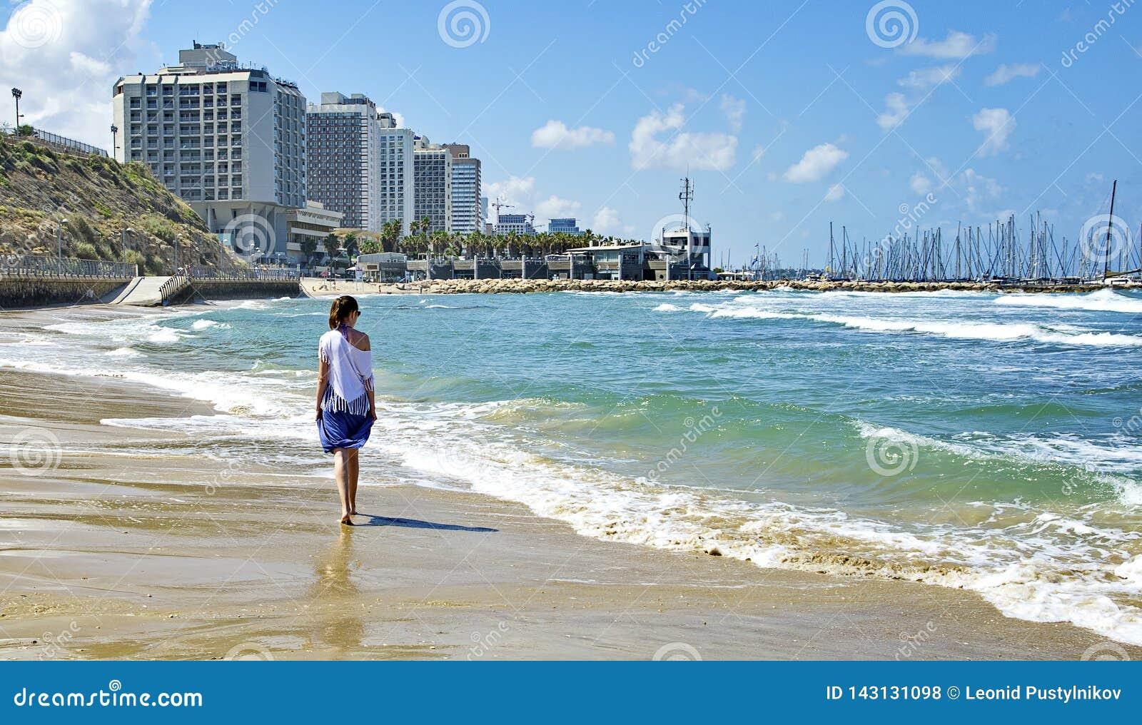 Meisje dat langs de kust loopt