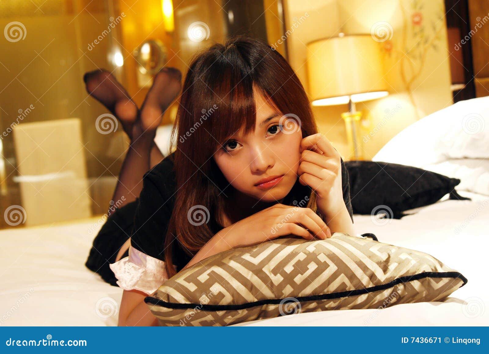Meisje dat op een bed ligt