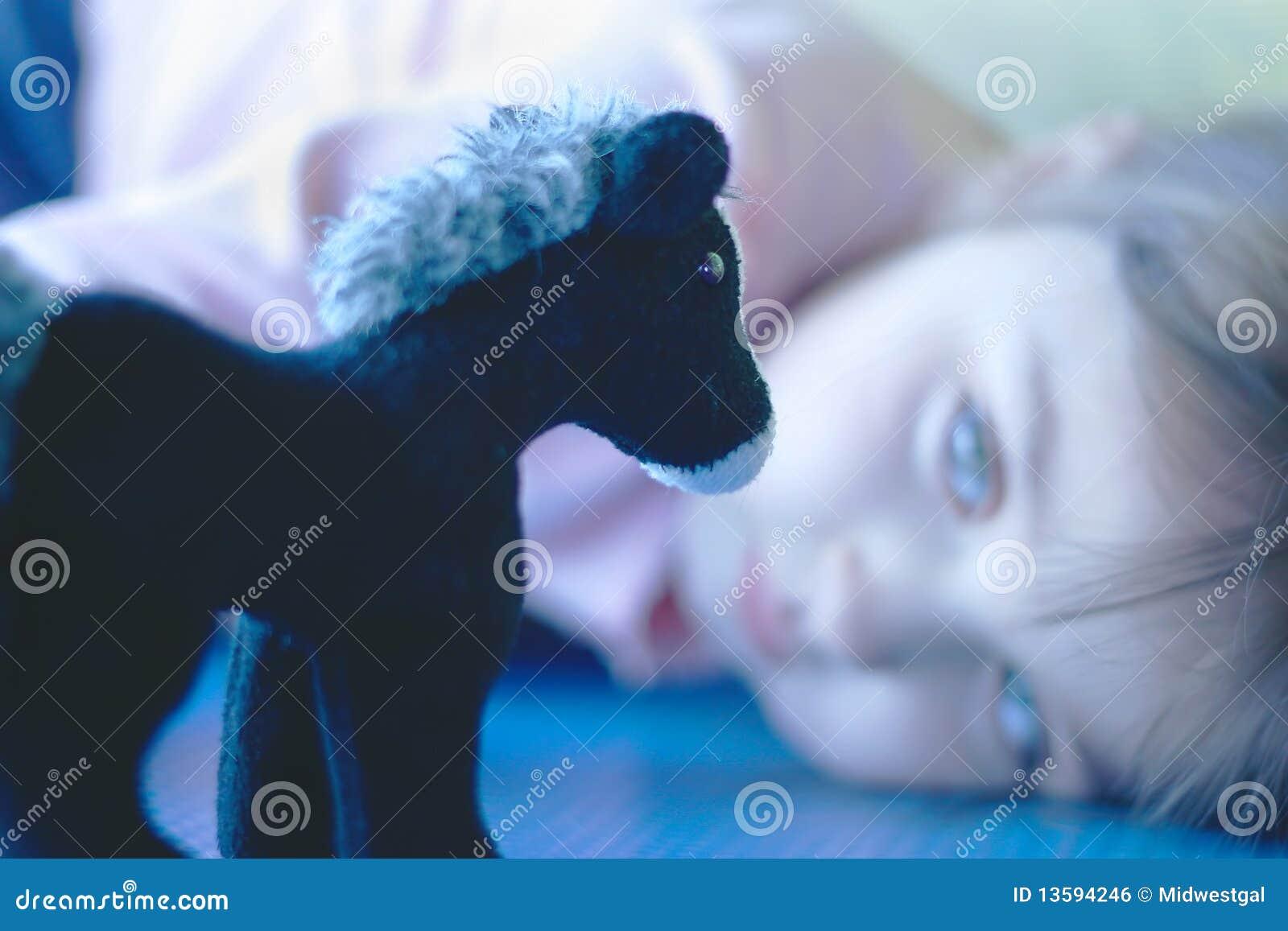 Meisje dat op Haar Gevuld Paard van het Stuk speelgoed let