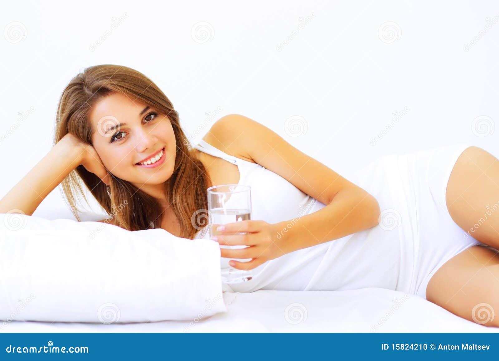 Meisje dat op het bed ligt stock foto afbeelding 15824210 - Bed dat rangschikt ...