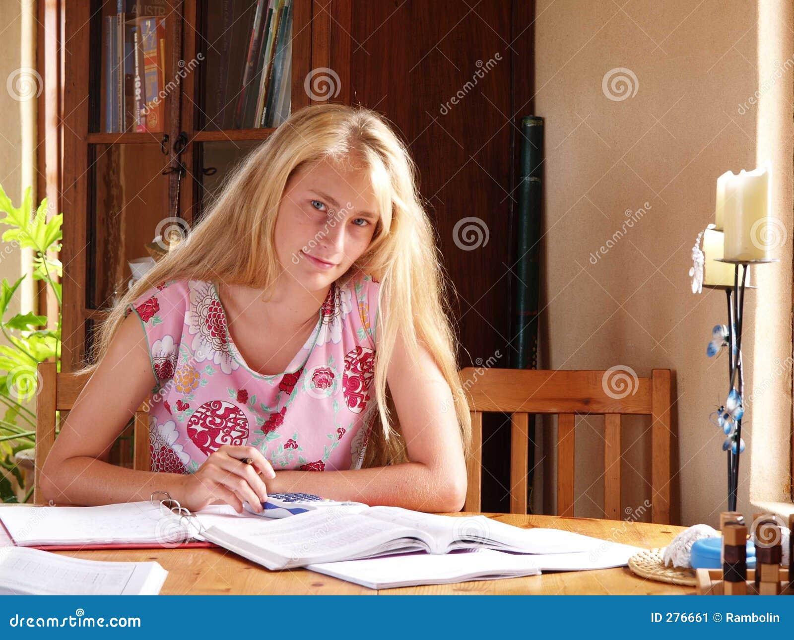 Meisje dat schoolthuiswerk doet