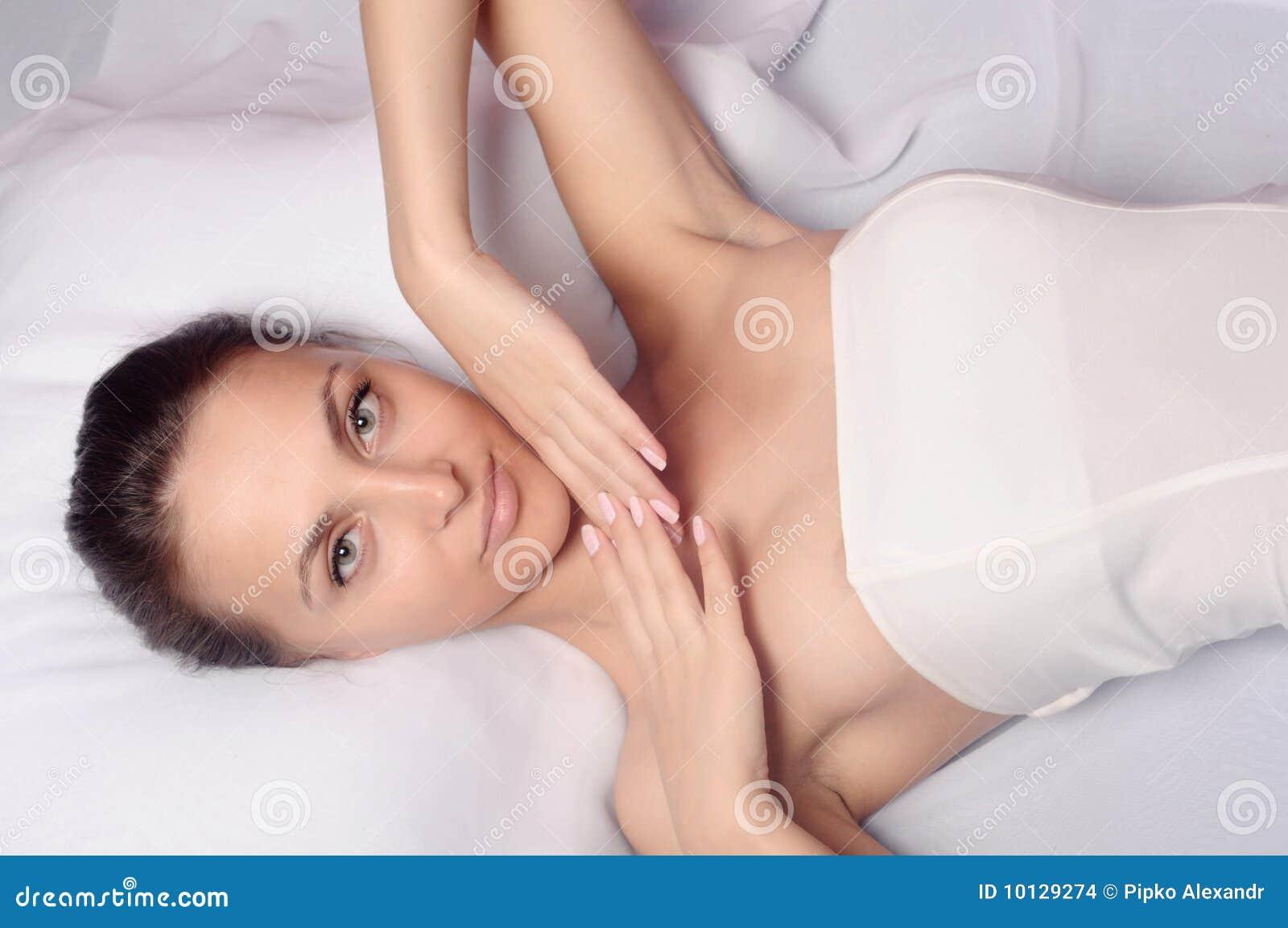Meisje dat van een gezonde huidbehandeling geniet