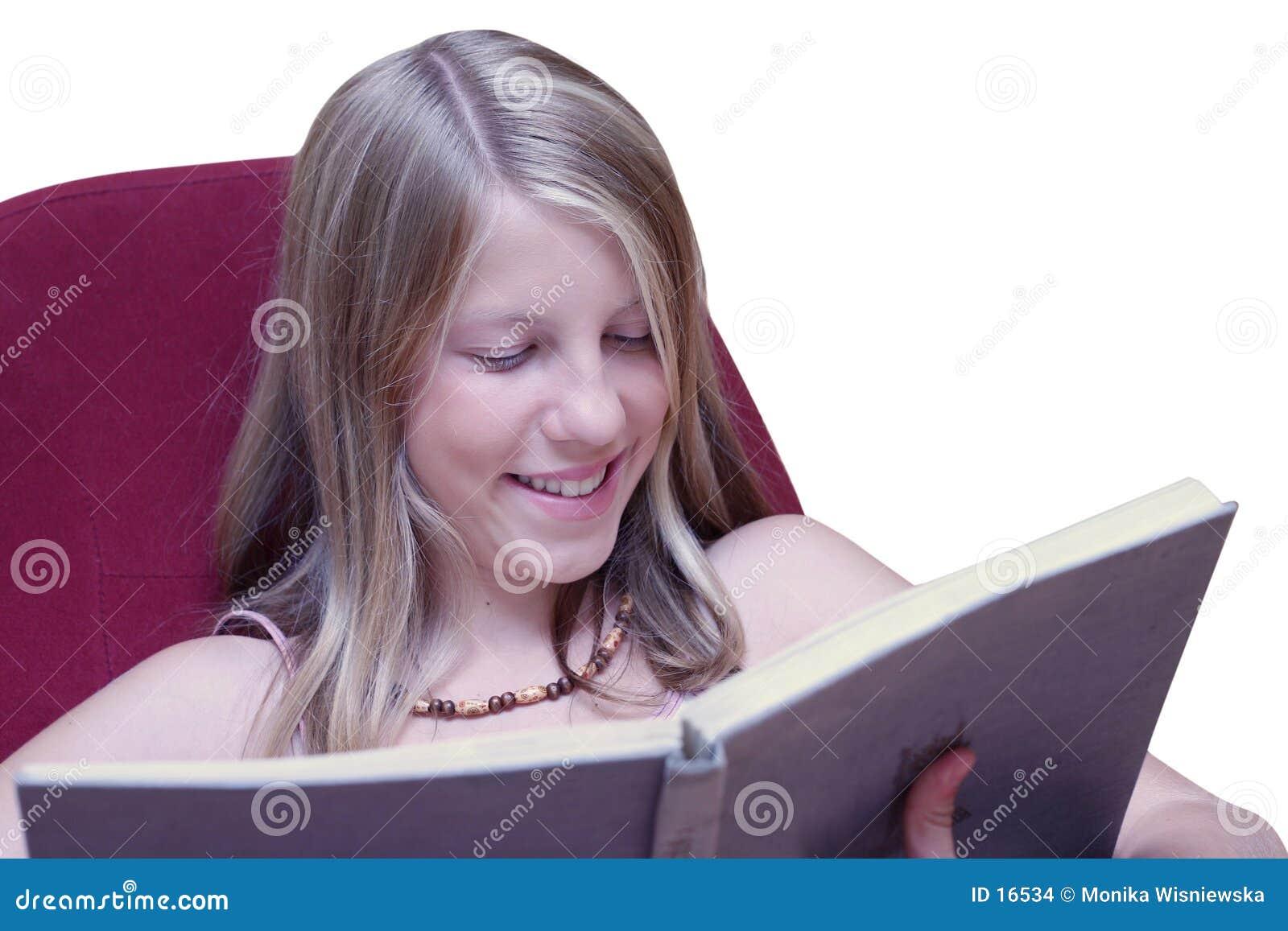 Meisje dat wanneer het lezen van boek glimlacht