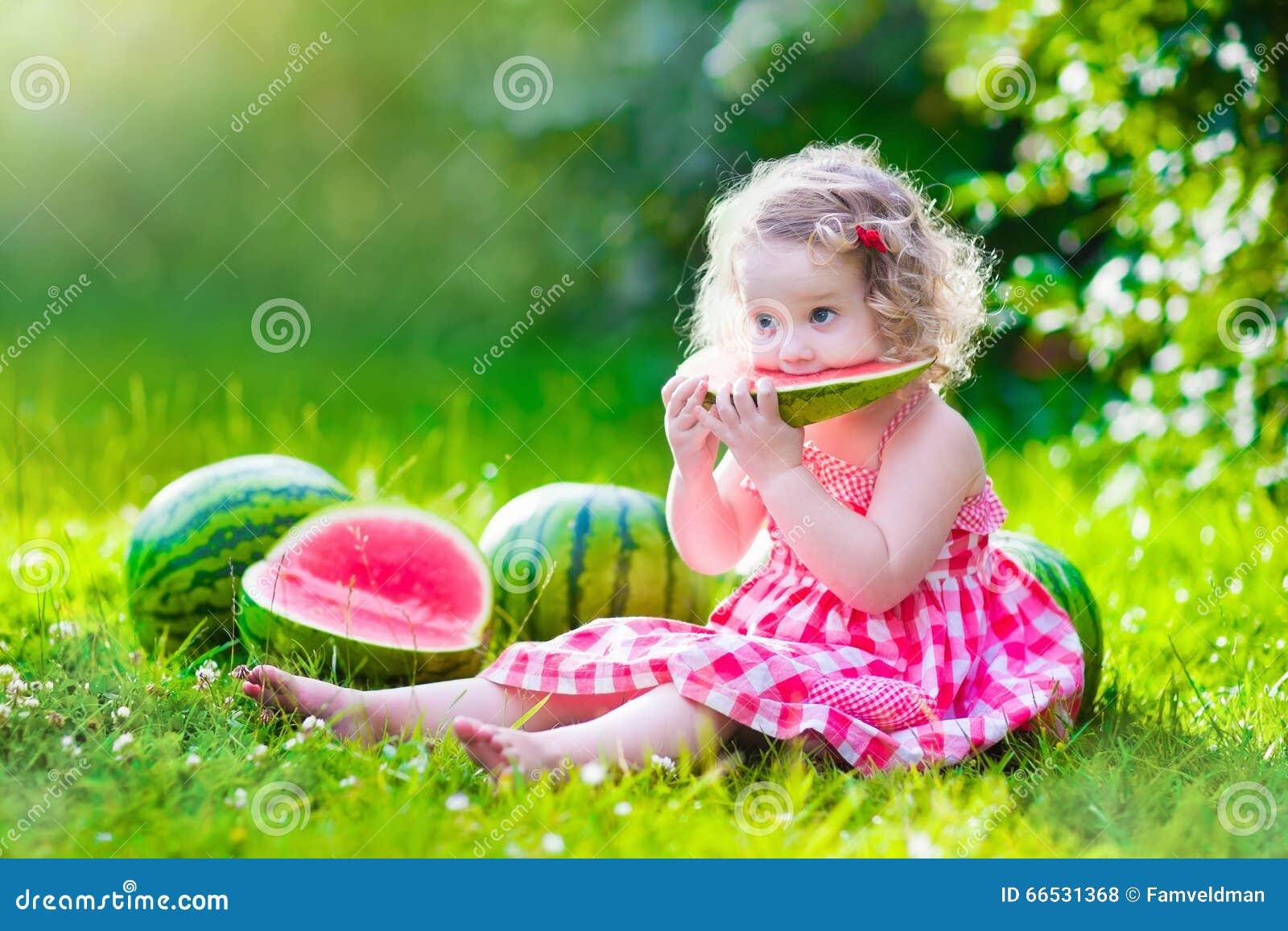 Meisje dat watermeloen eet