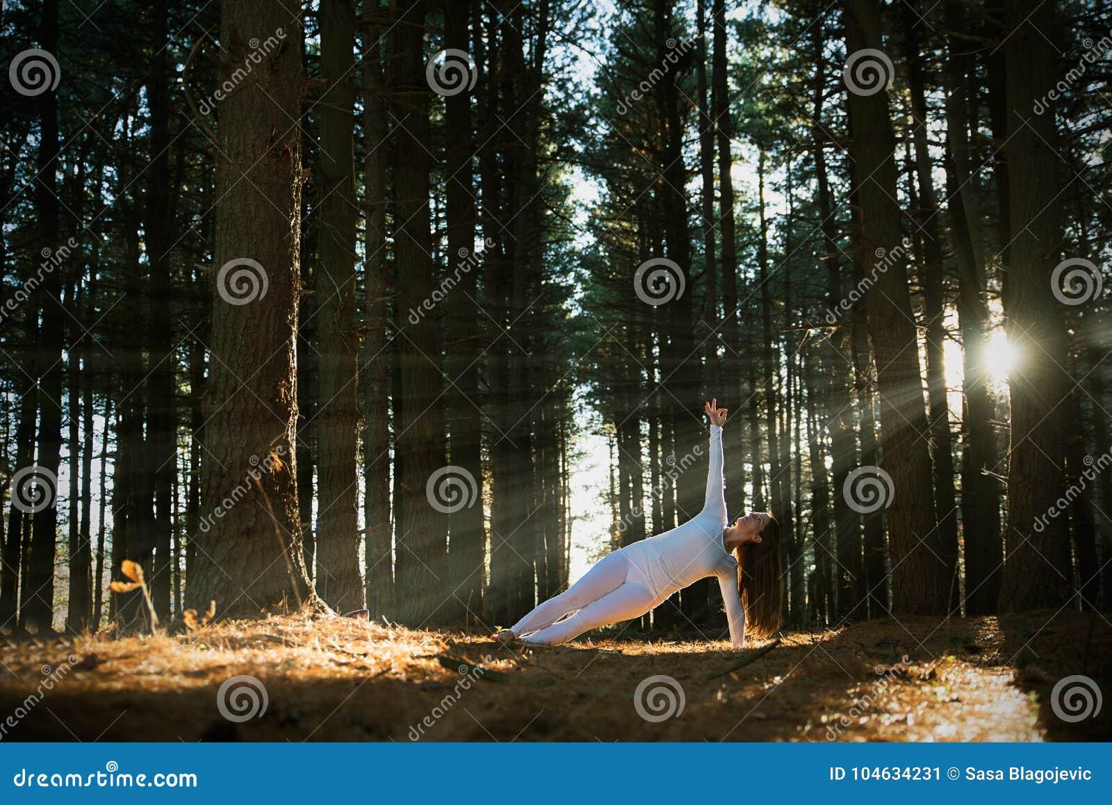Download Meisje dat yoga doet stock afbeelding. Afbeelding bestaande uit groen - 104634231