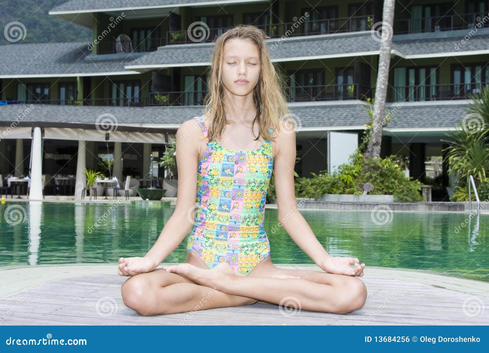 Meisje dat yoga doet