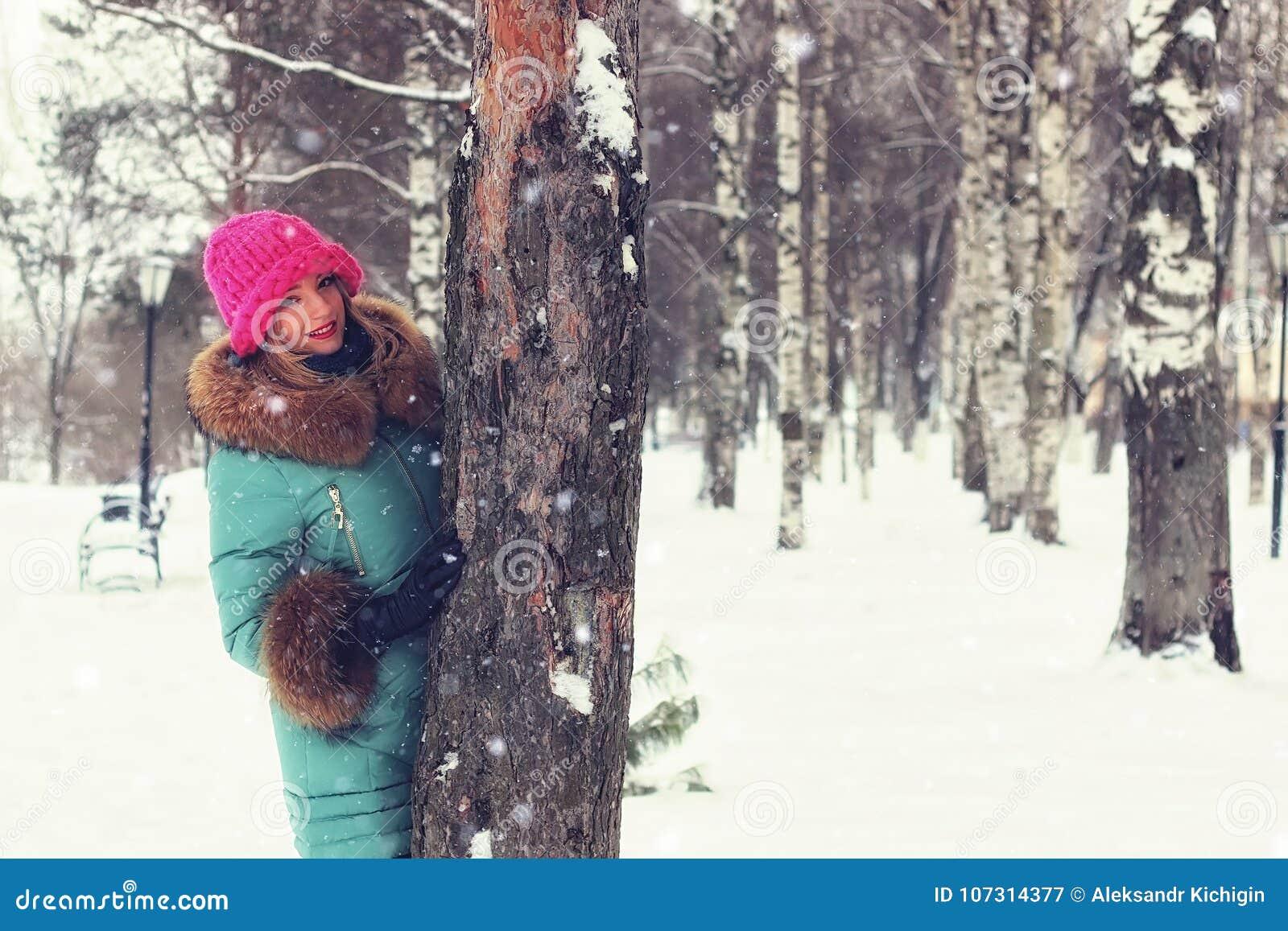 Meisje in de bank van de de winterstraat