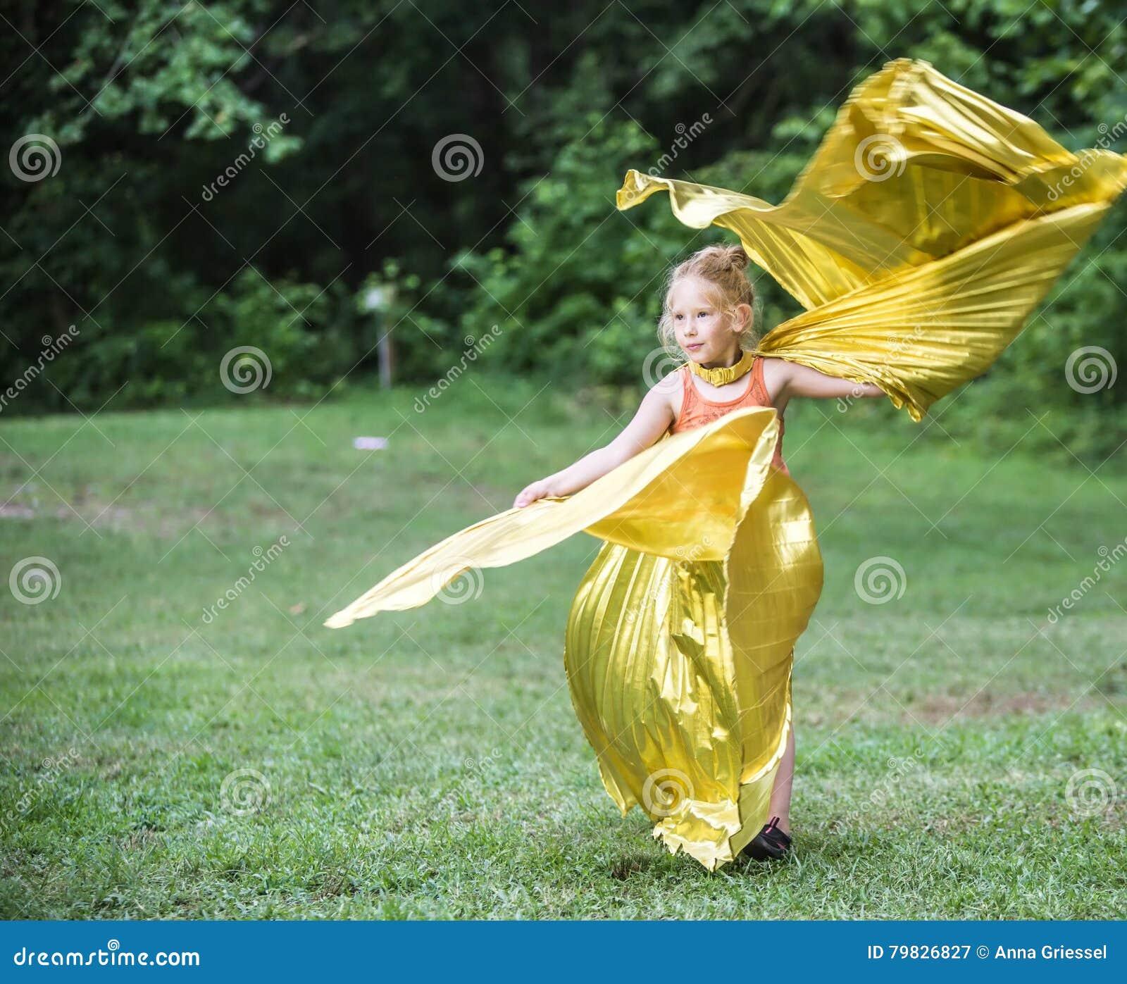Meisje die bij het Wilde Gansfestival dansen