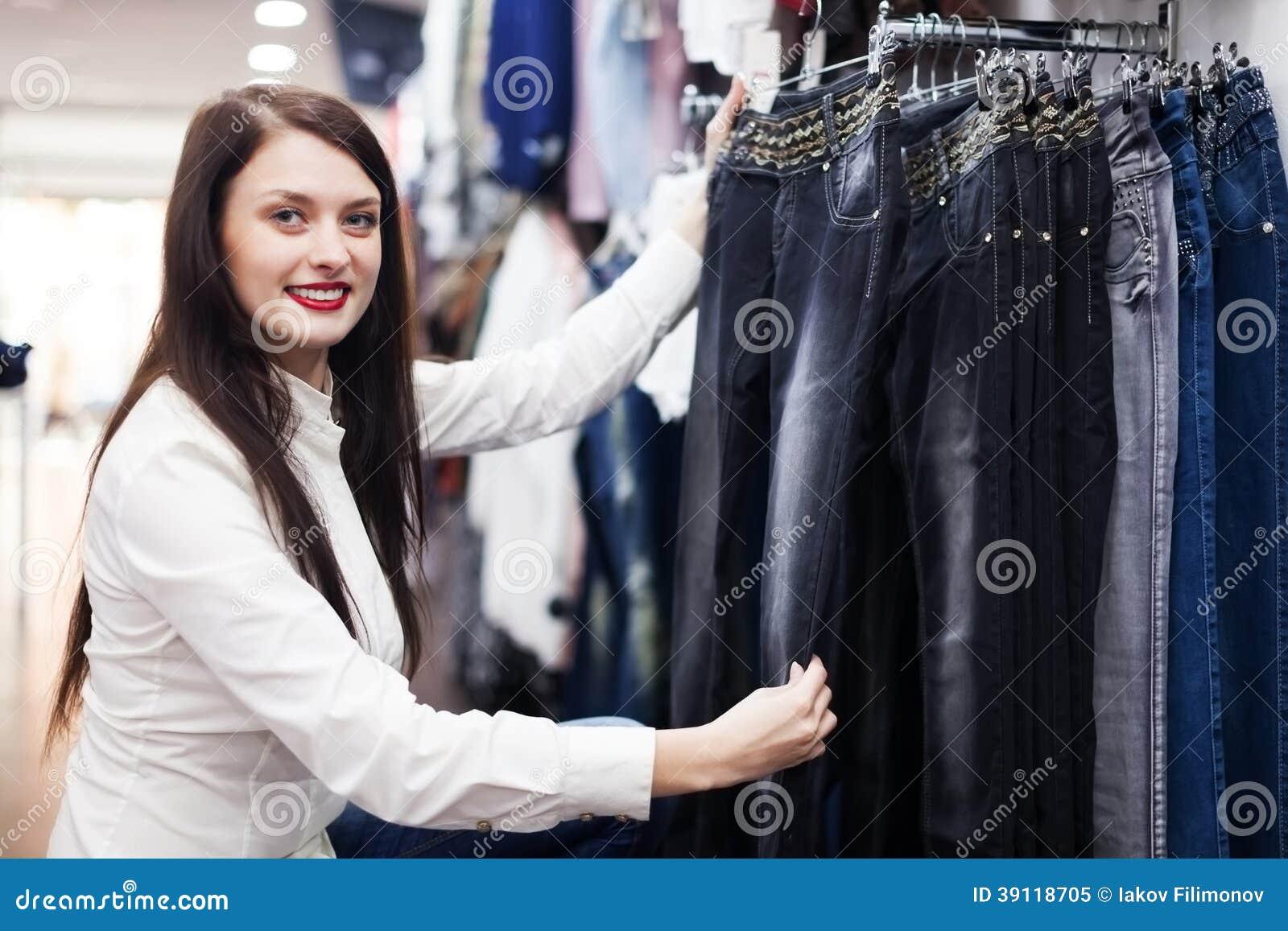 Meisje die broeken kiezen