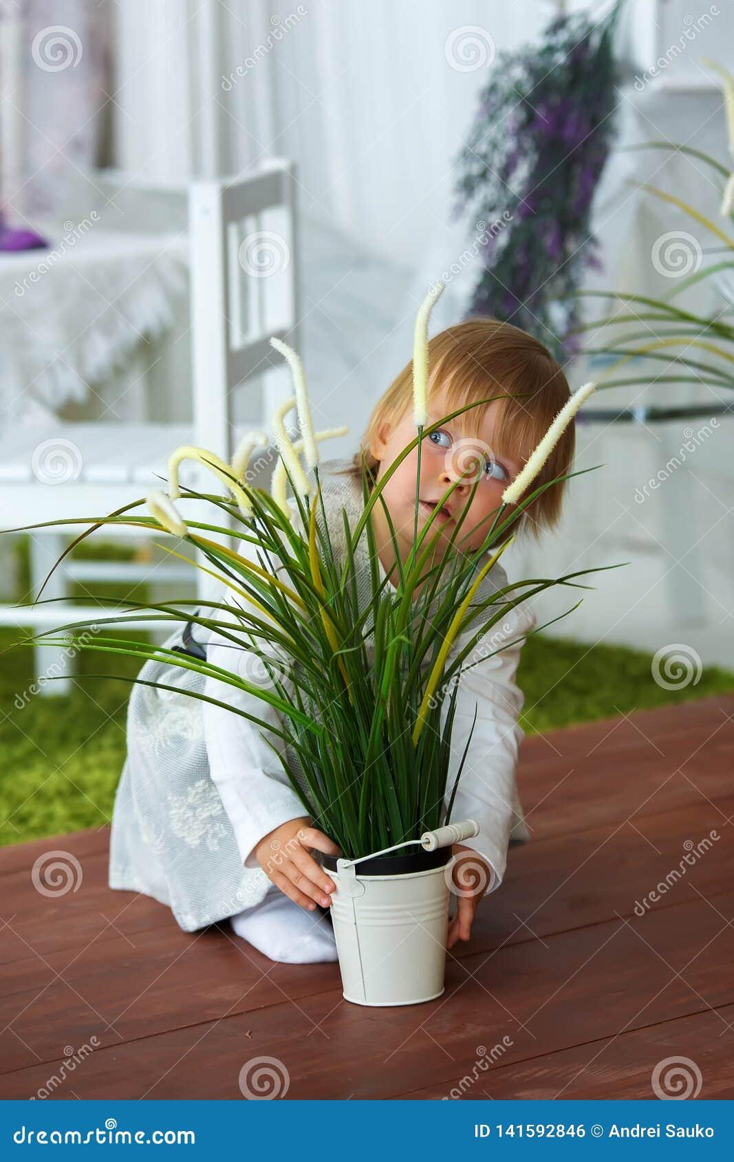 Meisje die een emmer van bloemen houden