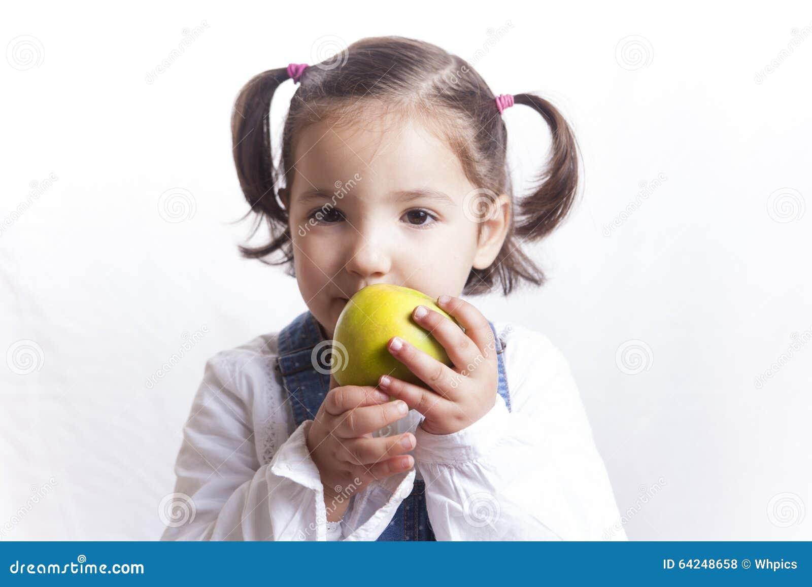Meisje die een groene appel houden