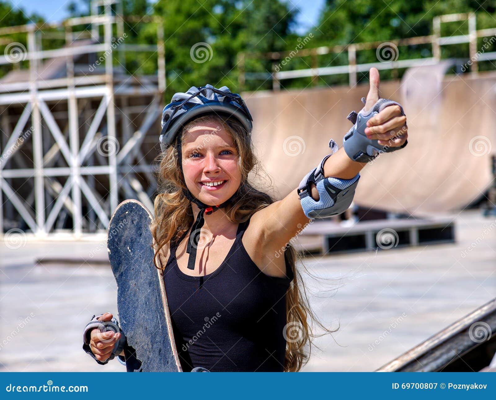Meisje die een skateboard in hand houden