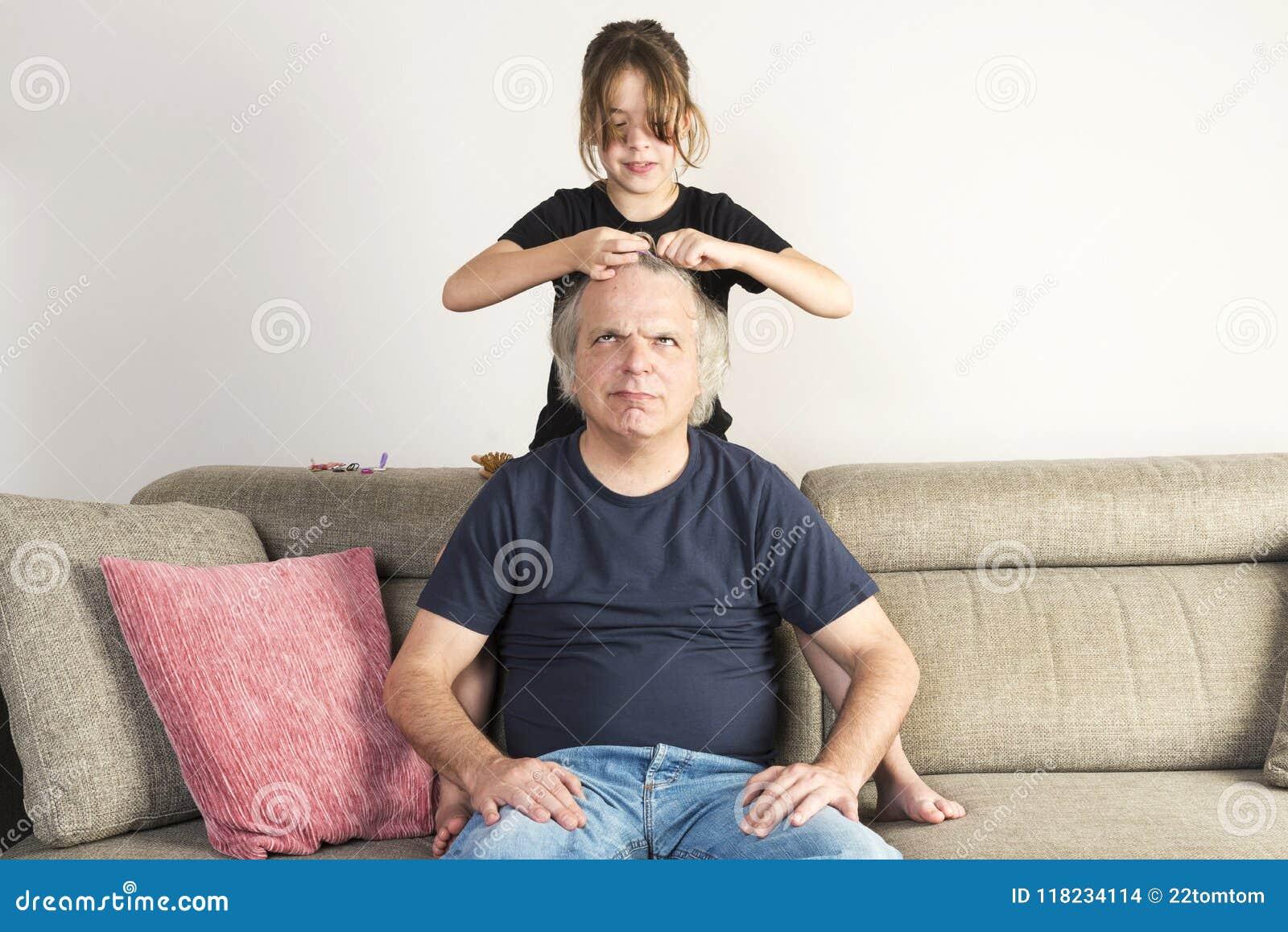 Meisje die en tot vlechten thuis kammen maken haar papa
