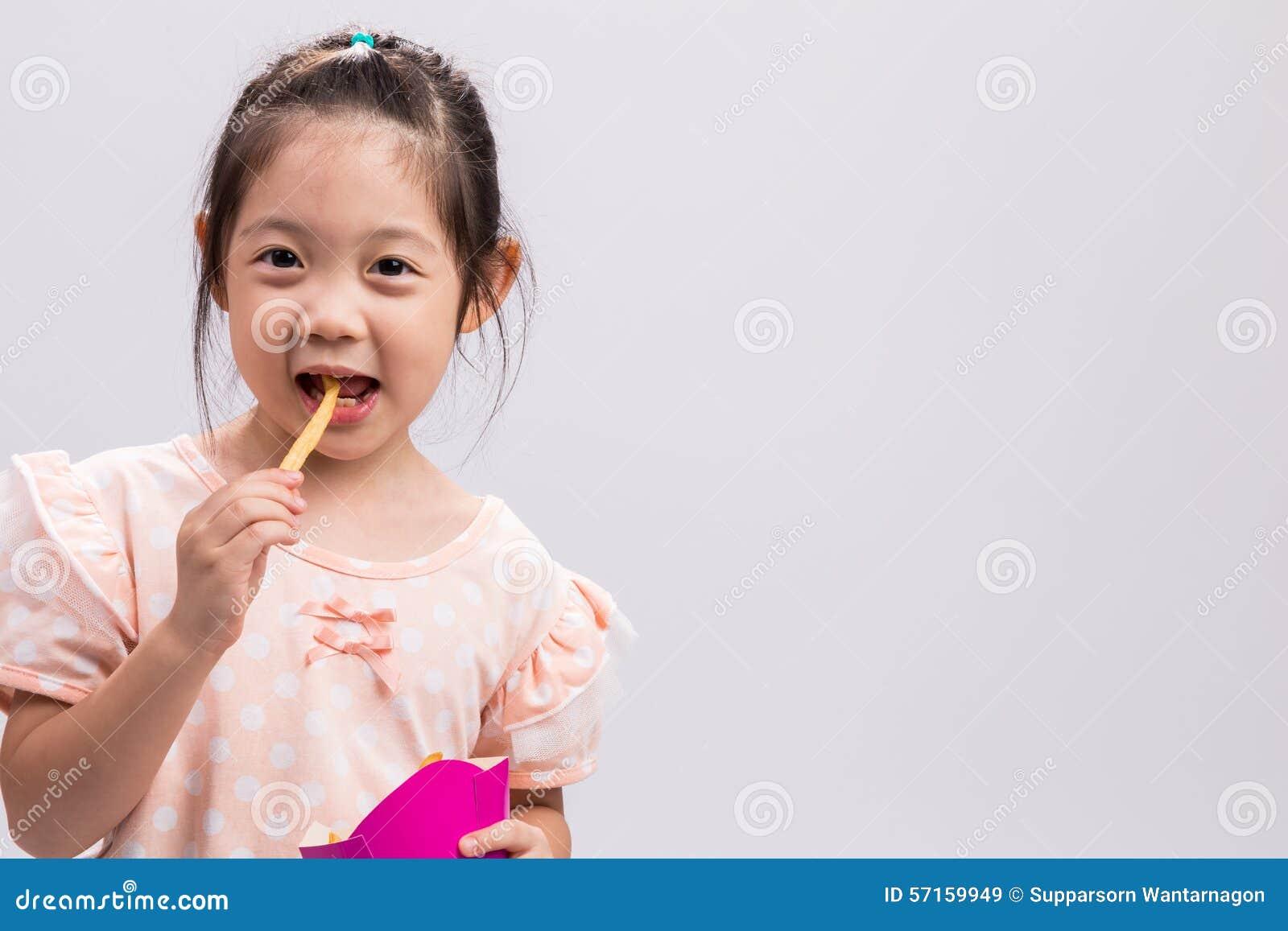 Meisje die Frieten/Meisje eten die Frietenachtergrond eten