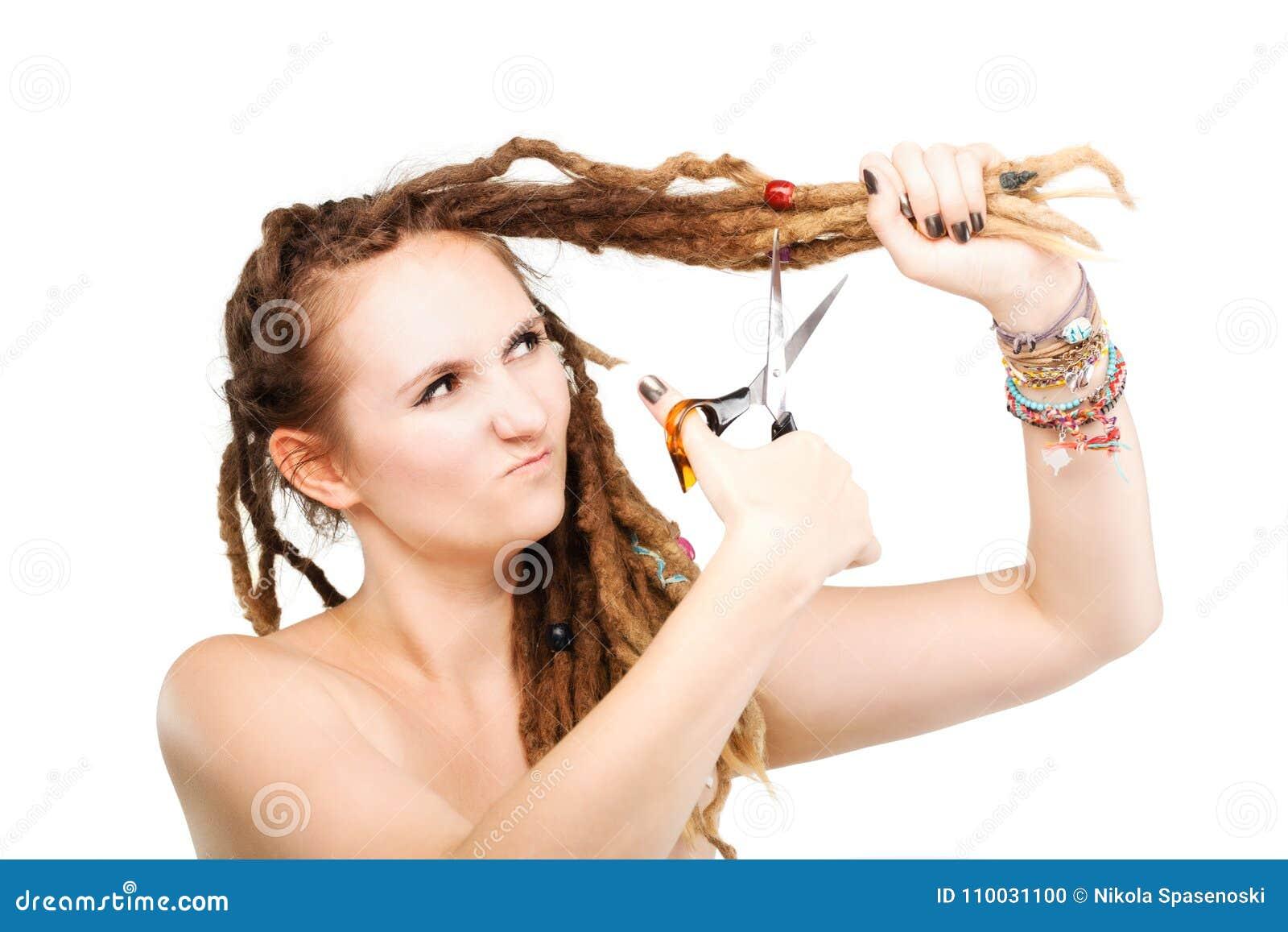 Meisje die haar dreadlocks snijden