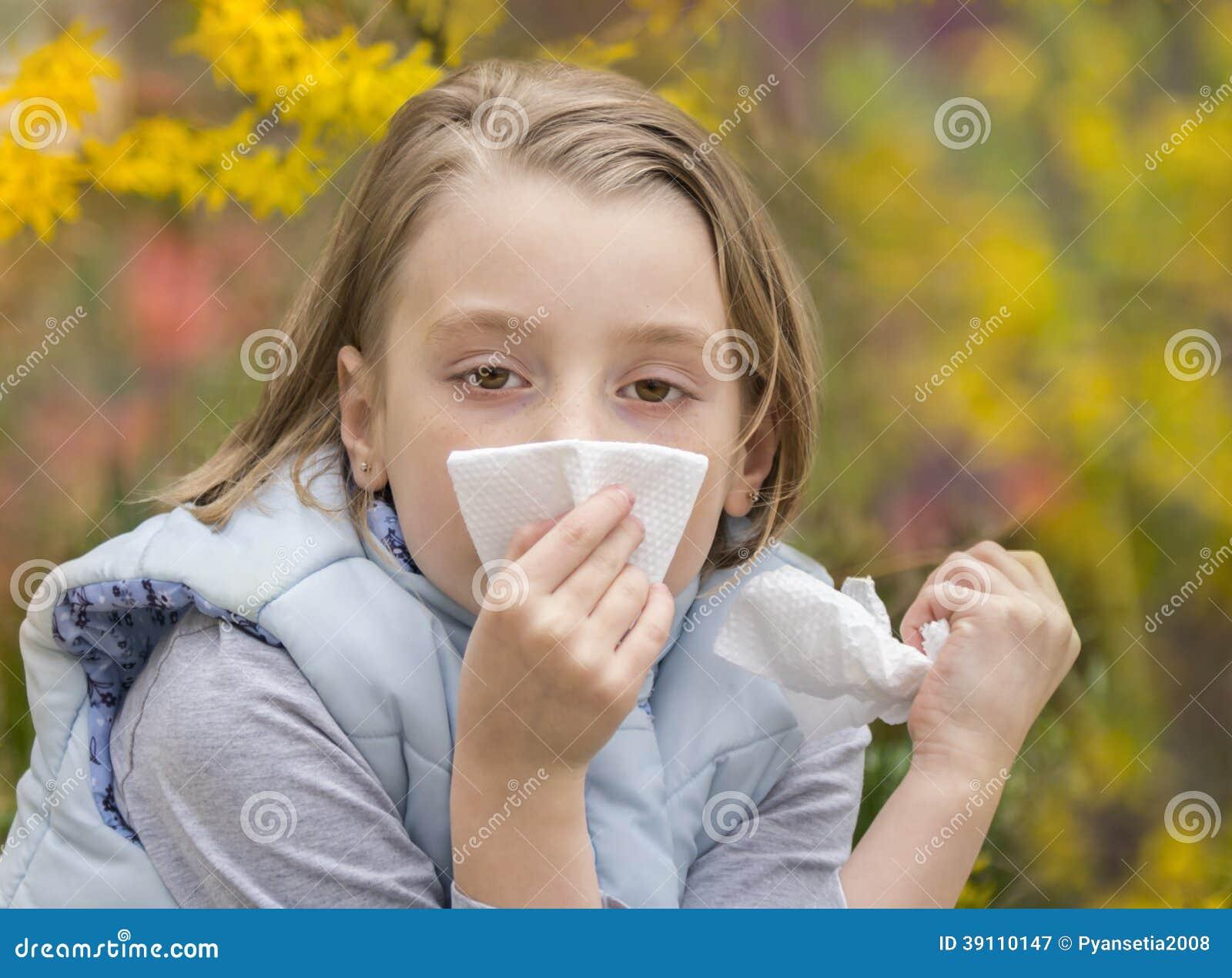 Meisje die haar neus blazen
