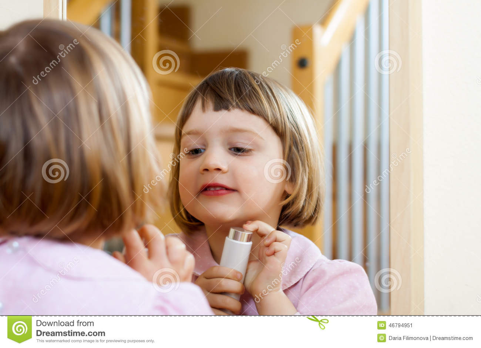 Meisje die handigheid ontwikkelen bij speelplaats