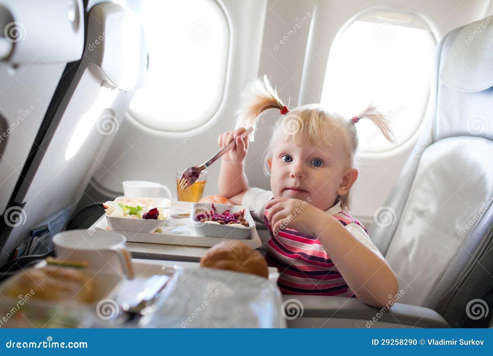 Meisje die in het vliegtuig eten stock foto afbeelding 29258290 - Klein meisje idee ...