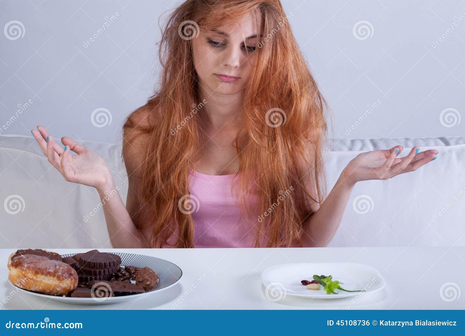 Meisje die honger voor snoepjes proberen te overwinnen